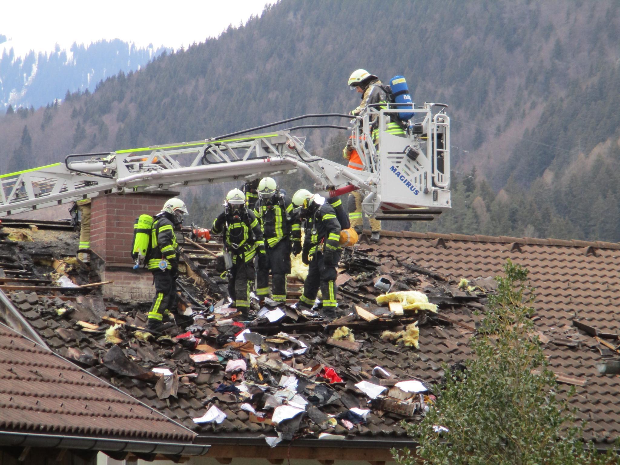 In Tschagguns geriet am Sonntagnachmittag ein Dachstuhl in Brand.
