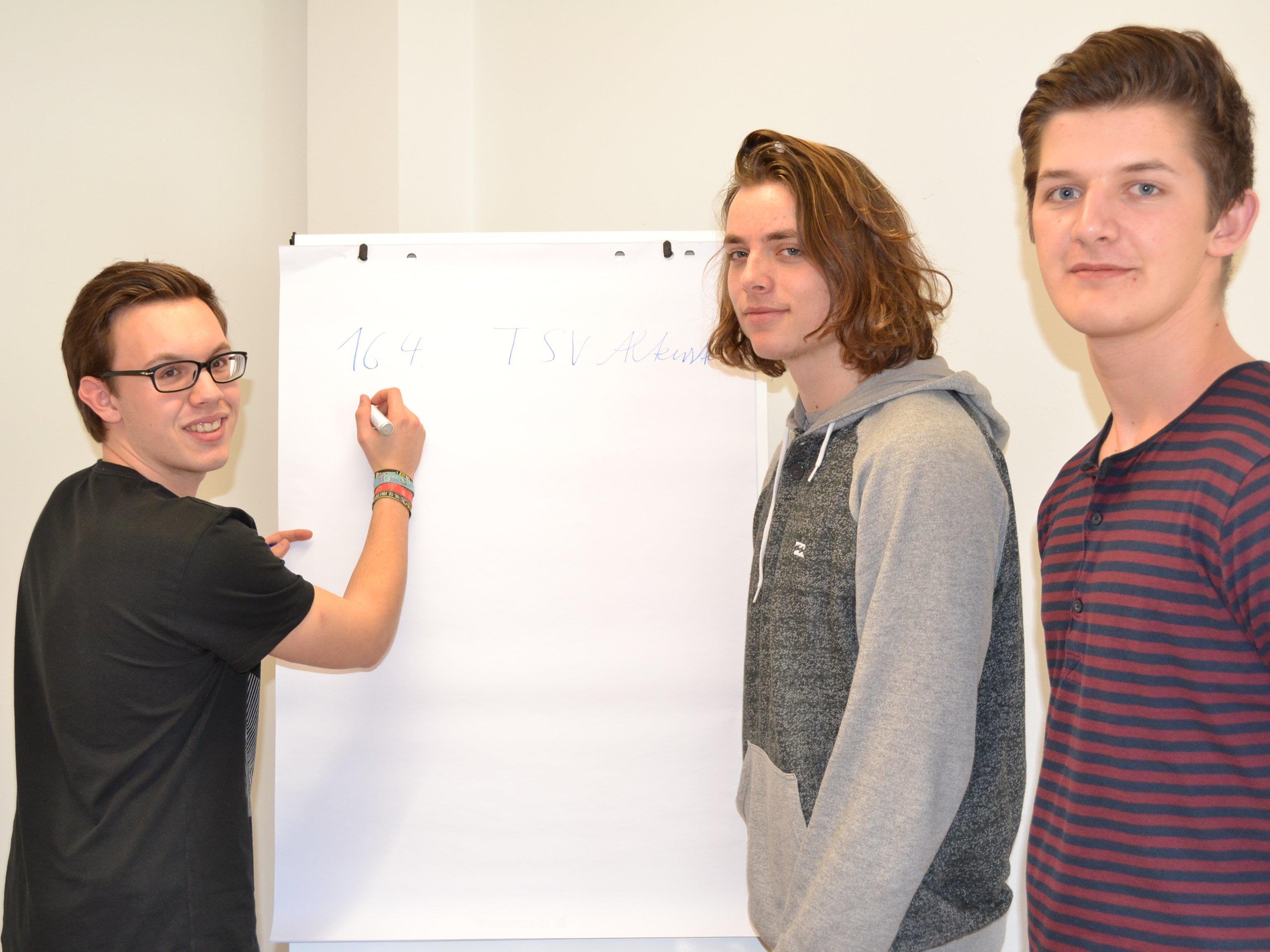 Lukas Müller, Stefan Angerer und Alexander Peherstorfer bereiten gemeinsam mit Edwin Rosenberger ein Maturaprojekt für Flüchtlinge vor.