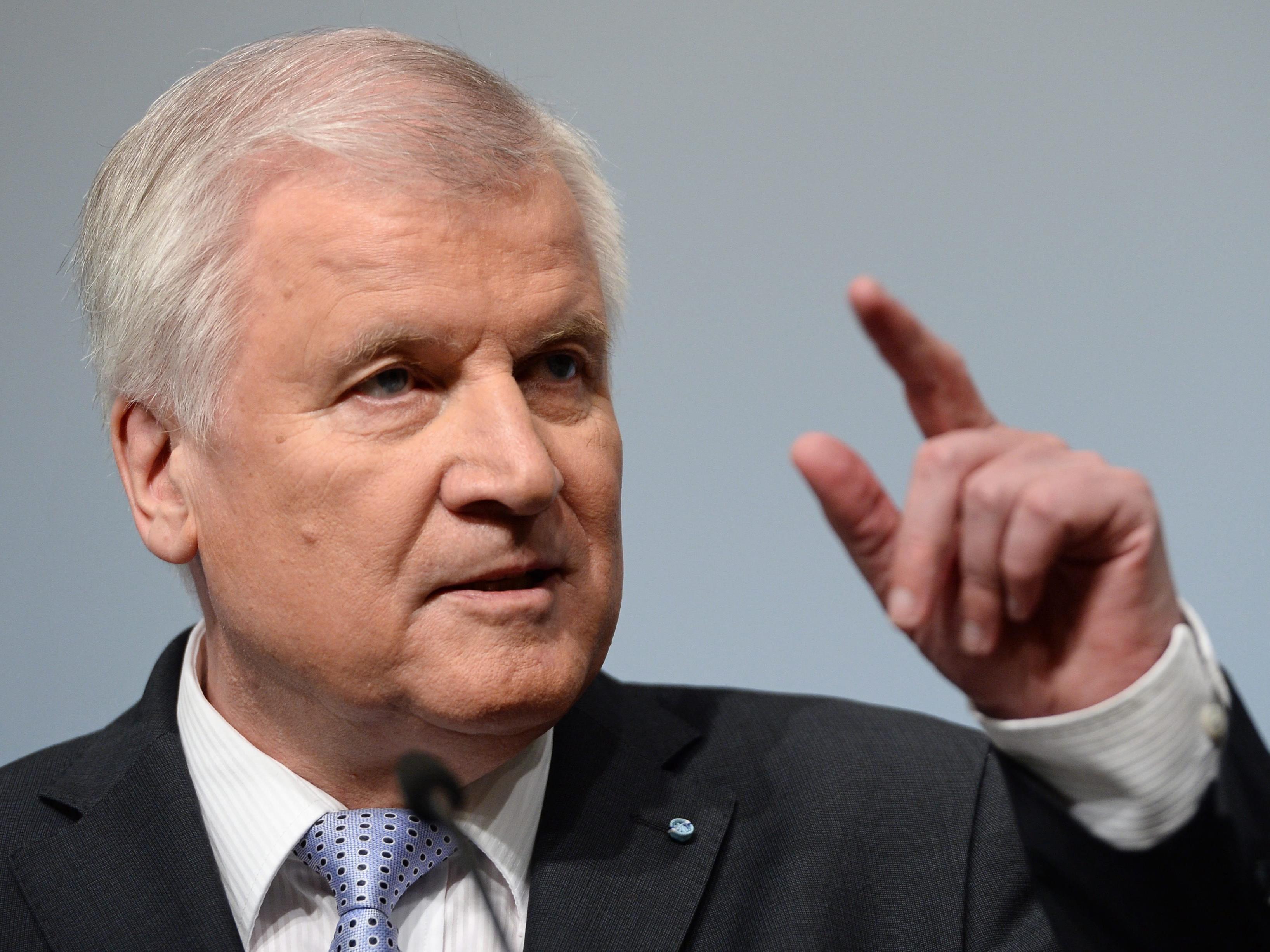 """Kramp-Karrenbauer beklagt """"ständige Querschüsse"""" des CSU-Chefs."""