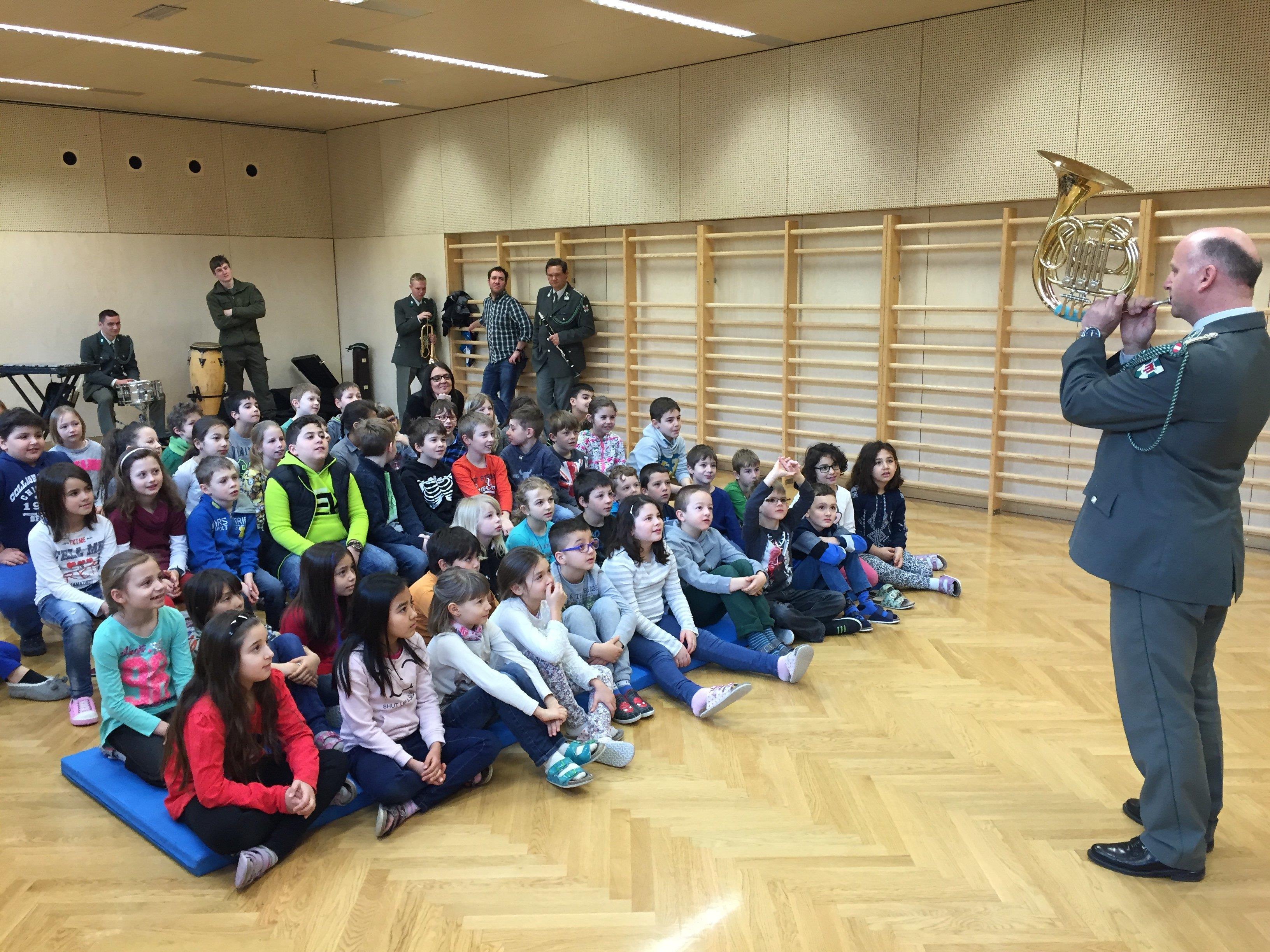 Die Militärmusik spielte in den Volksschulen Gisingens.