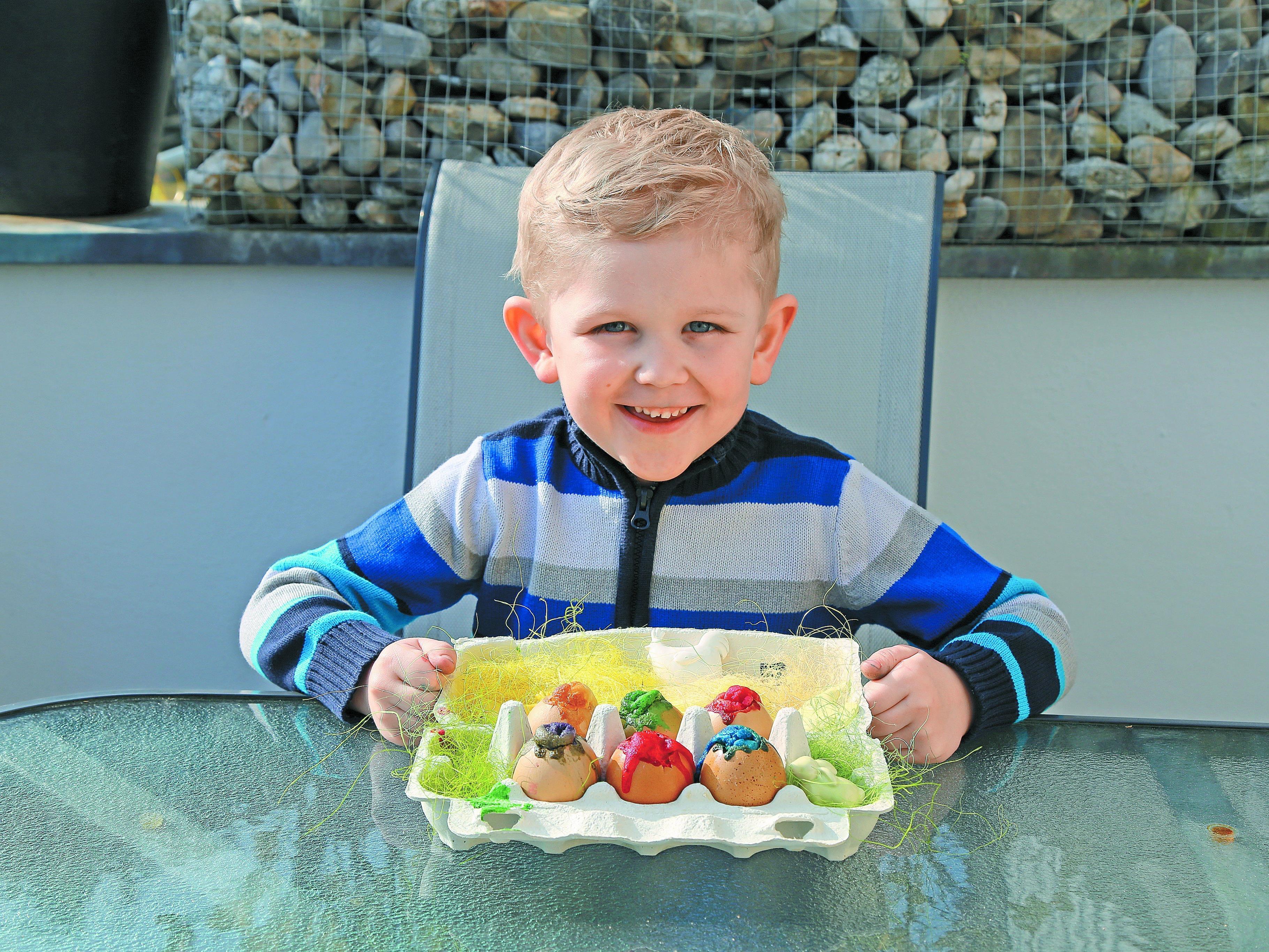 Die selbst gebackenen farbigen Ostereier sehen aus wie kleine Kunstwerke.