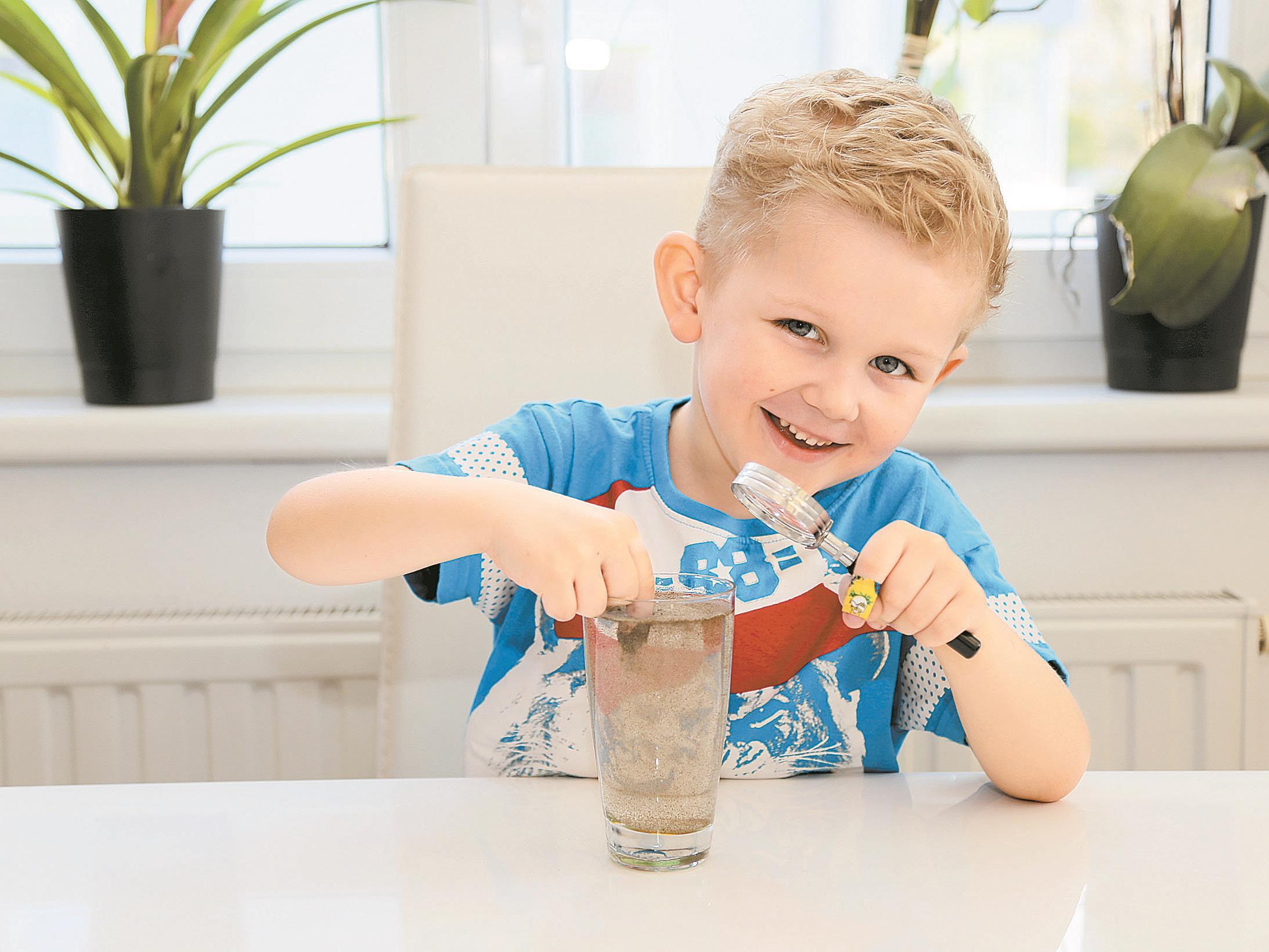 Jason Durell experimentiert heute mit den Eigenschaften von flüssigem Wasser.