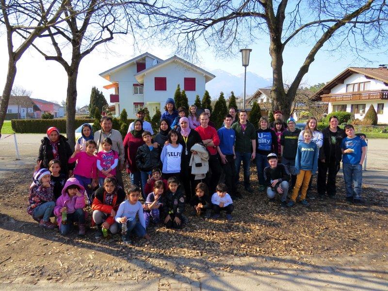 Die freiwilligen Helfer zusammen mit den Flüchtlingsfamilien bei der Volksschule Nofels.