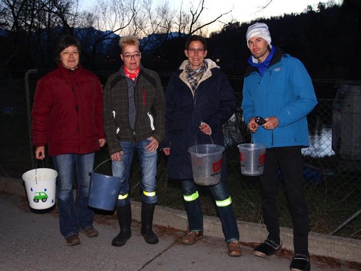 Freiwillige Helfer retten jeden Abend während der Wanderungsperiode Erdkröten vor dem Überfahrenwerden.