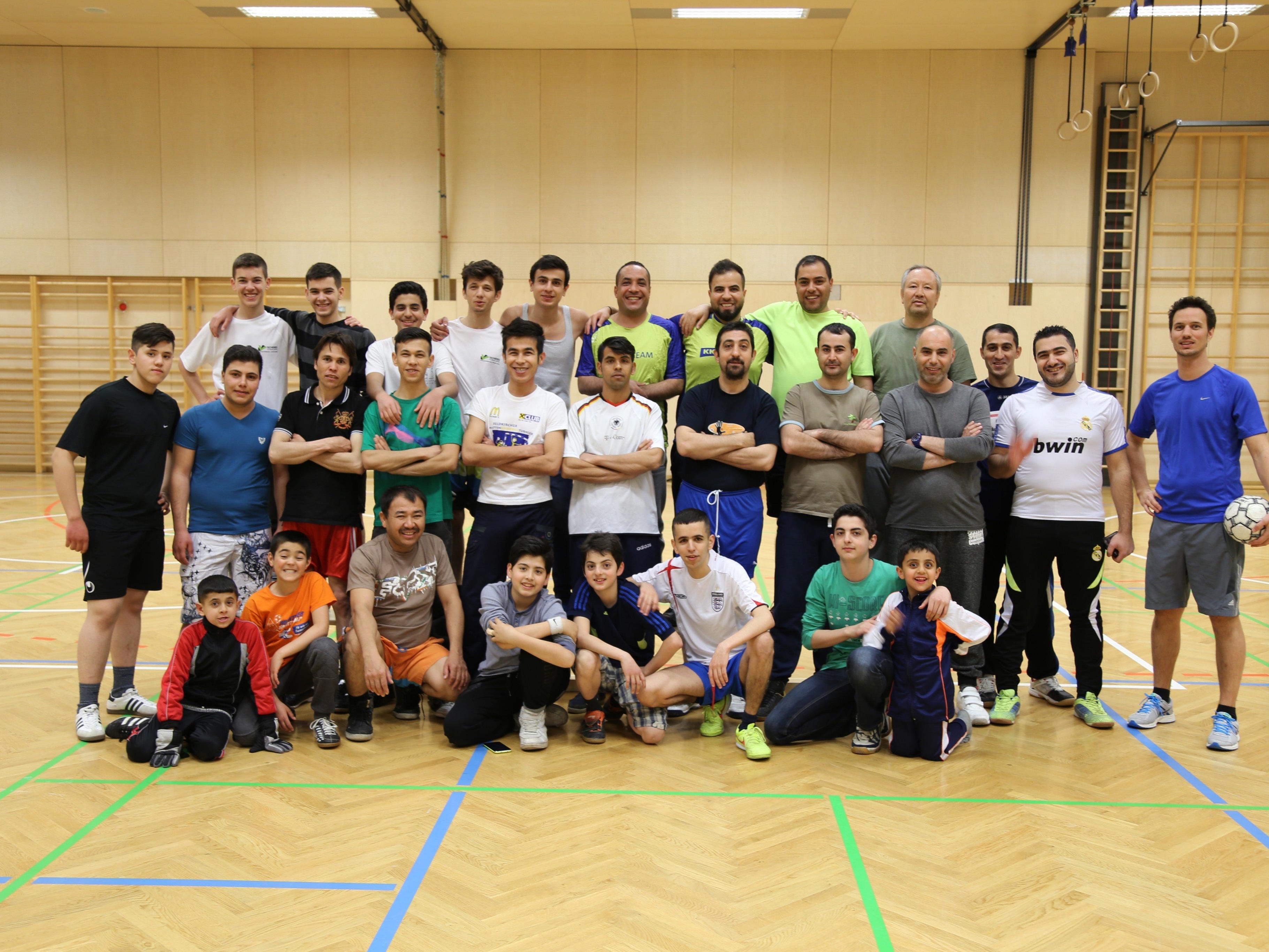 Zahlreiche Asylwerber freuen sich auf das gemeinsame Fußballspielen in der Sporthalle Oberau.