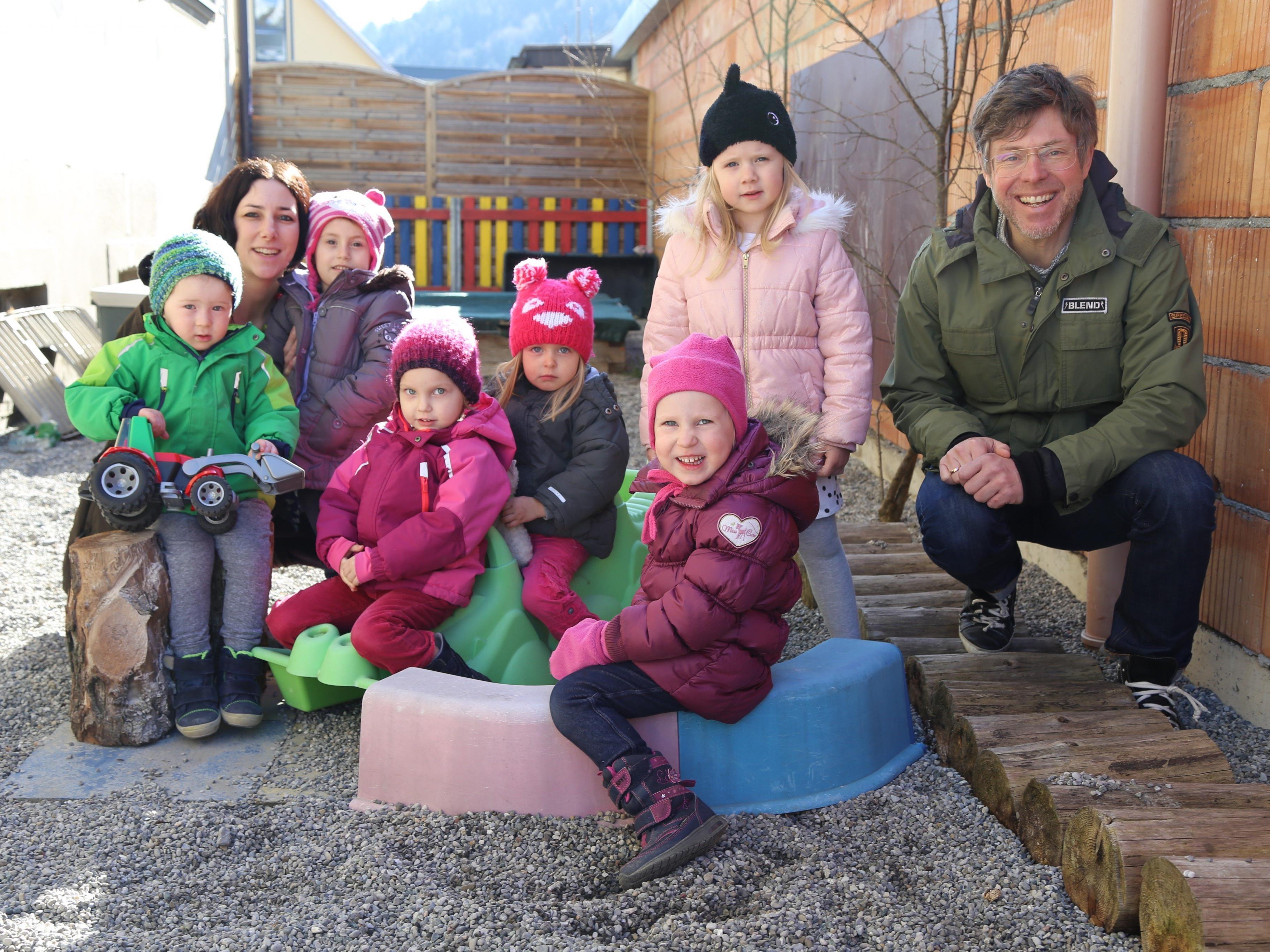 Leiter Markus Herburger (r.) freut sich mit seinen Kleinkindern über die Gestaltung des Außenbereichs.