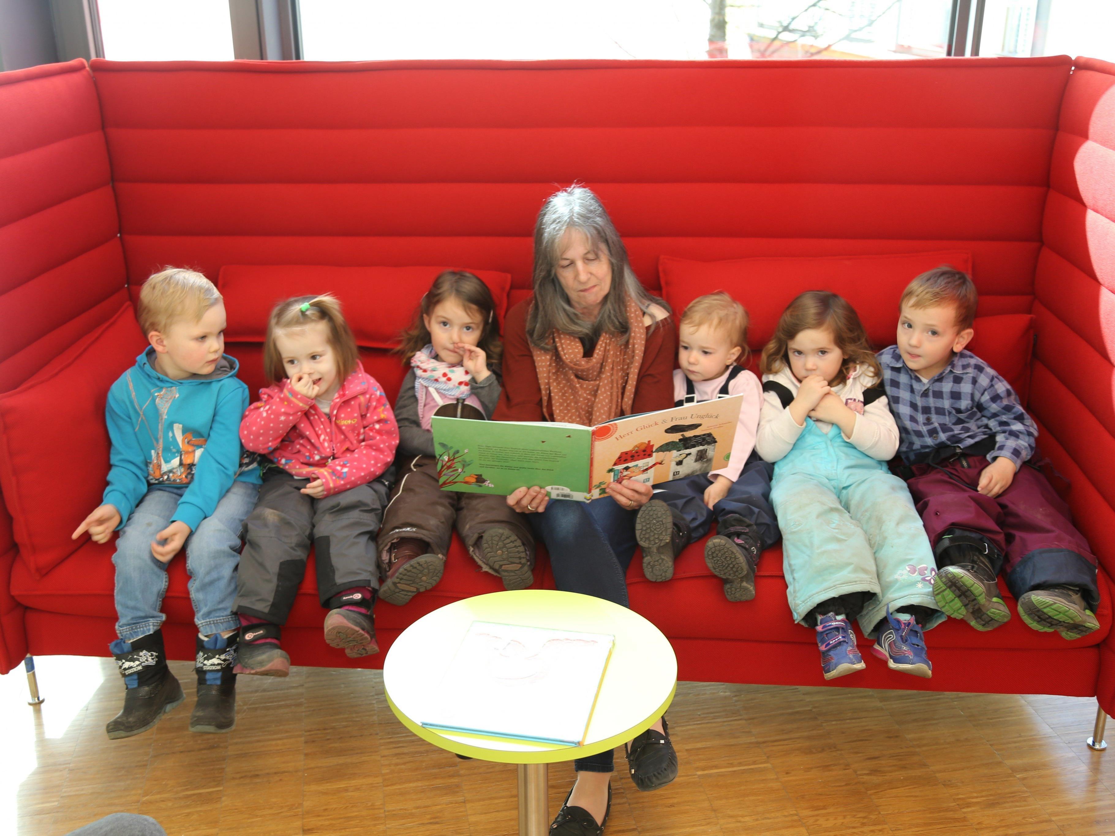 """Hildegard Nachbaur las den Kleinkindern die Geschichte von """"Herr Glück und Frau Unglück"""" vor."""