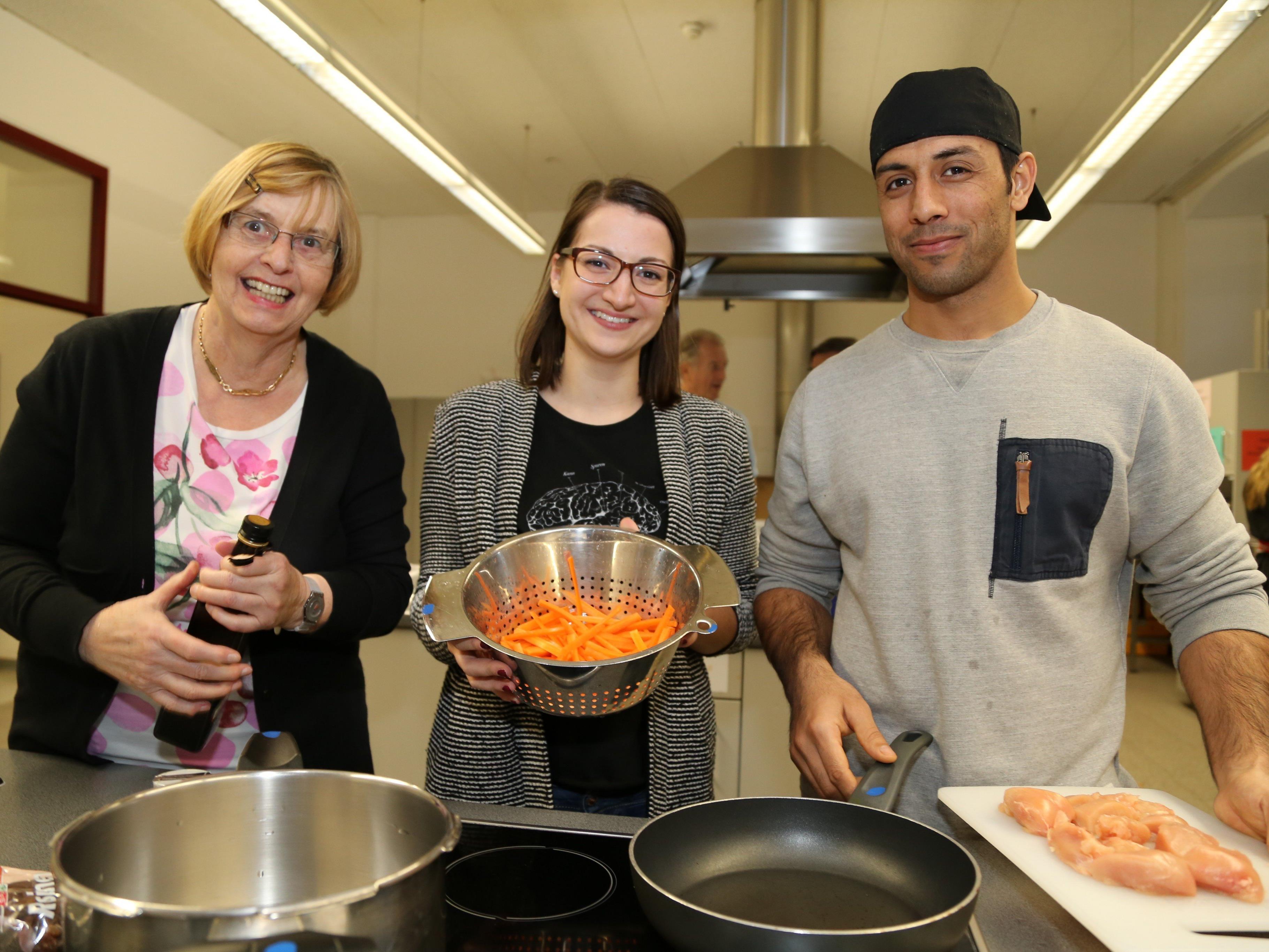 Teilnehmer und Organisatoren zauberten leckere Mahlzeiten in der Poly-Küche.