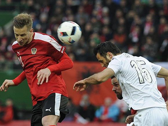 Mergim Mavraj (Albanien) gegen Marc Janko (AUT/l.) beim Spiel in Wien