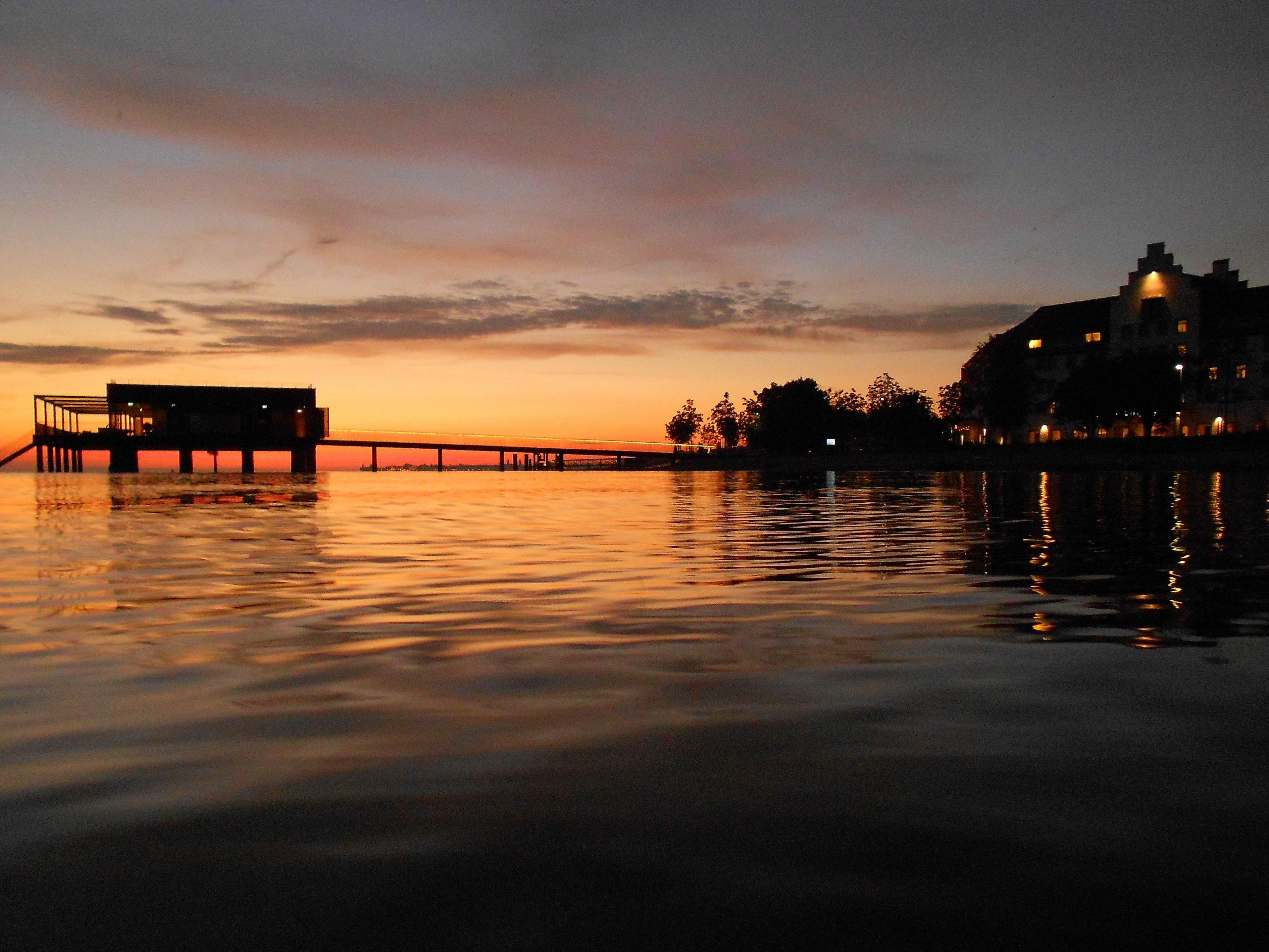 """Die Band """"Marina & Friends"""" sorgt beim letzten """"Jazz am See""""-Abend vor der Sommerpause für die gute Stimmung auf dem Badehaus des Seehotel Am Kaiserstrand."""