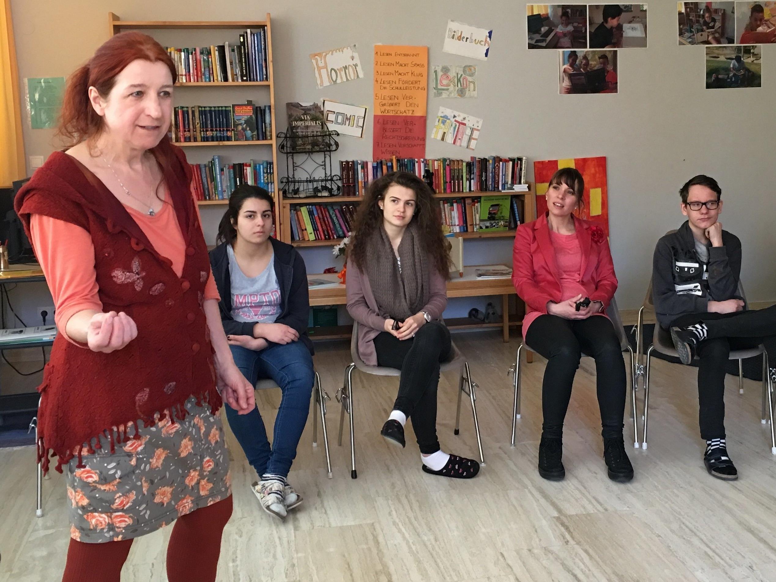 """Zu Gast am """"Vorarlberger Lesetag"""" in der Mittelschule Lochau war die bekannte Vorarlberger Geschichtenerzählerin Herta Glück."""