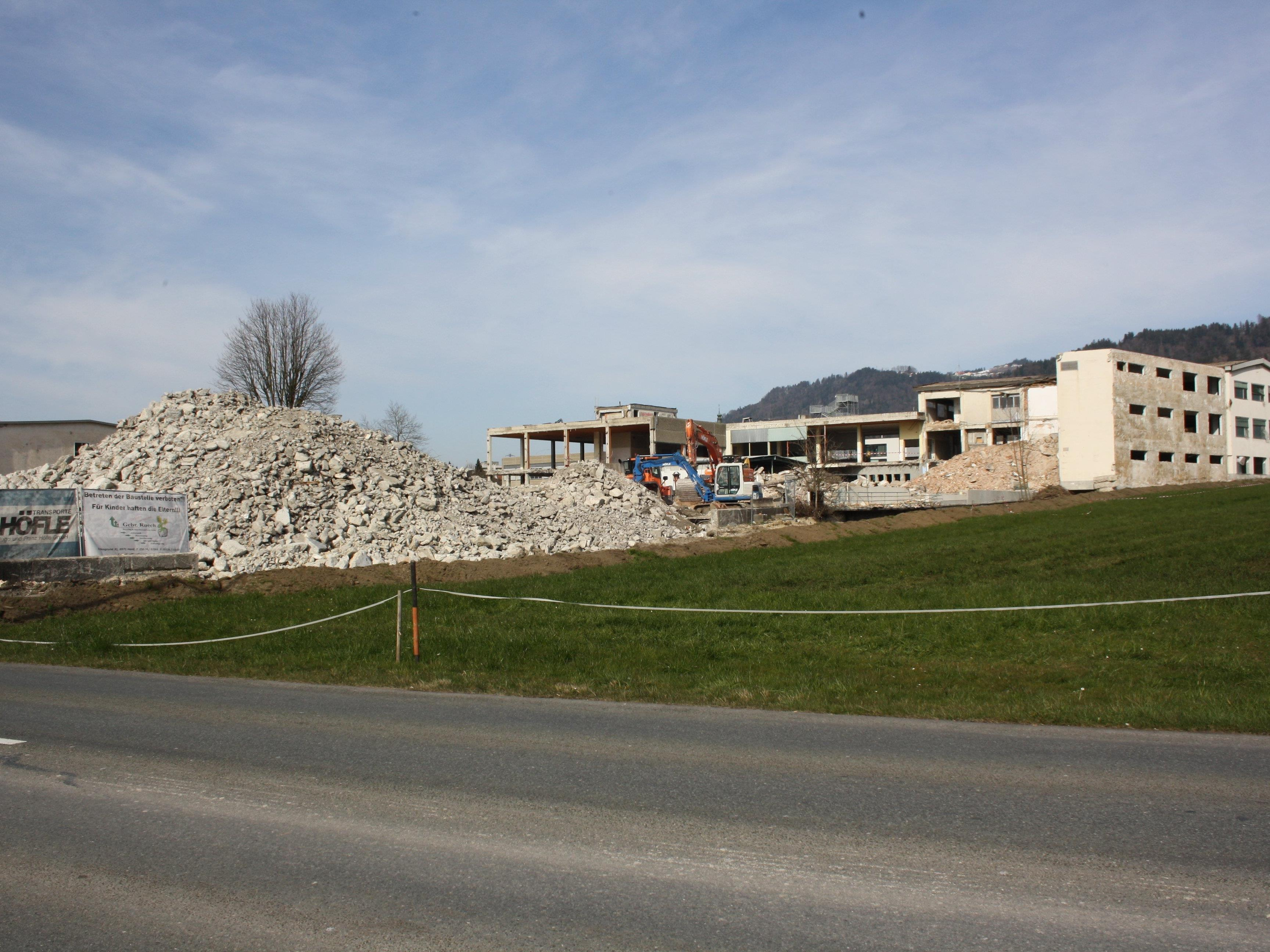 Die zahlreichen Zaungäste können es bestätigen: Auf dem ehemaligen Rupp-Areal gehen die Abbrucharbeiten bestens voran.