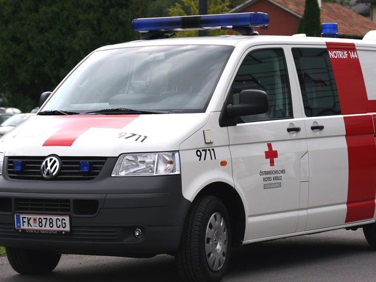 Fahrradfahrerin nach Kollision mit Auto schwer verletzt.