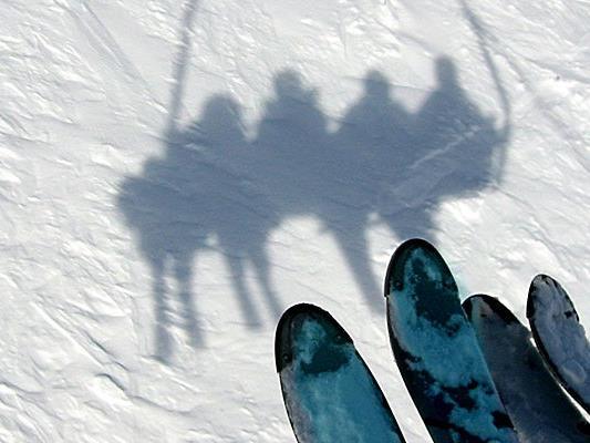 Die Polizei sucht Zeugen des Skiunfalls.