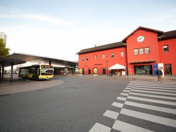 Mann beim Dornbirner Bahnhof ins Krankenhaus geprügelt. (Symbolbild)