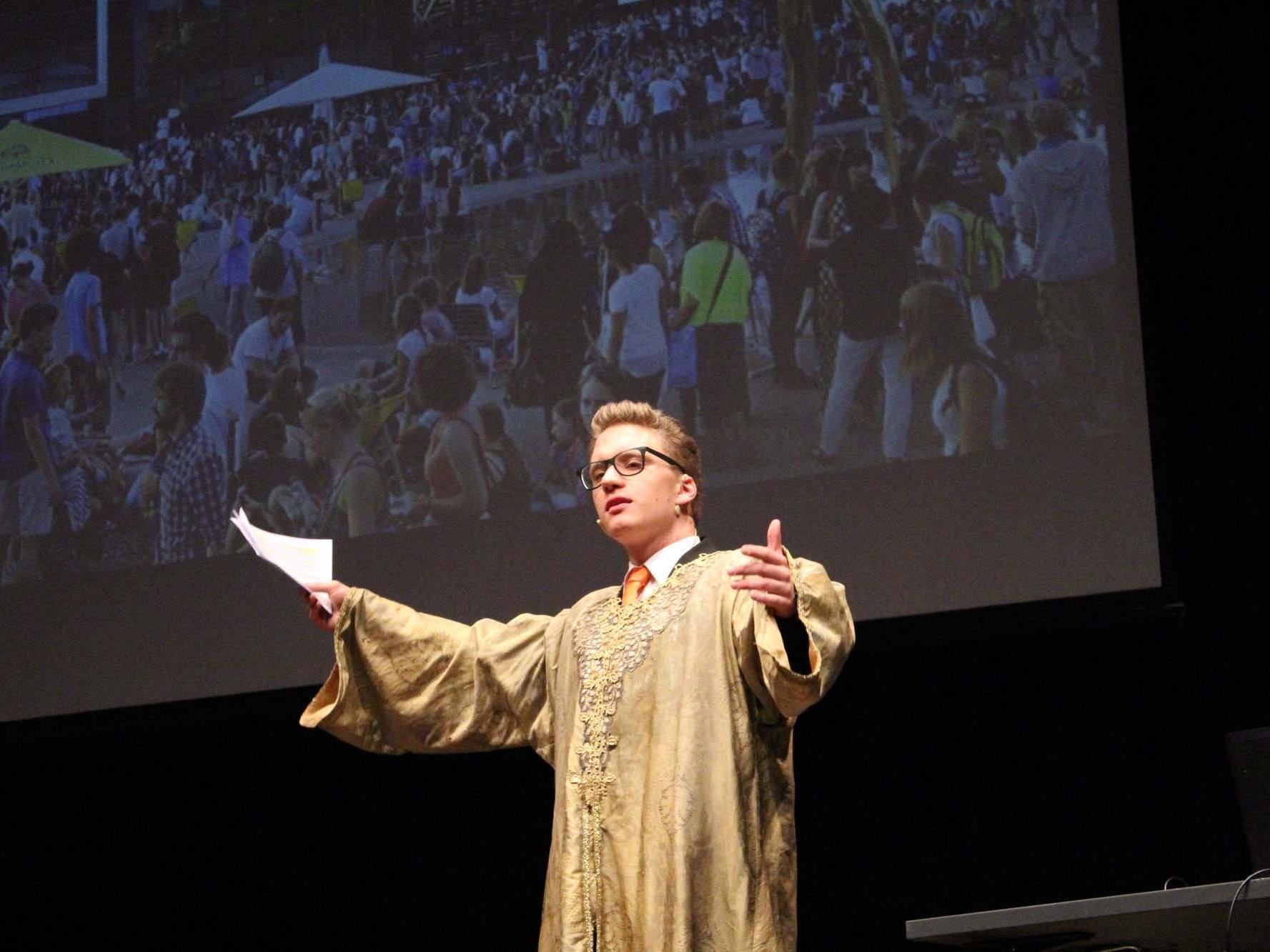 René Zumtobel schlüpft während der Präsentation der crosscultur-night App in das Kostüm vom Prinzen aus Turandot