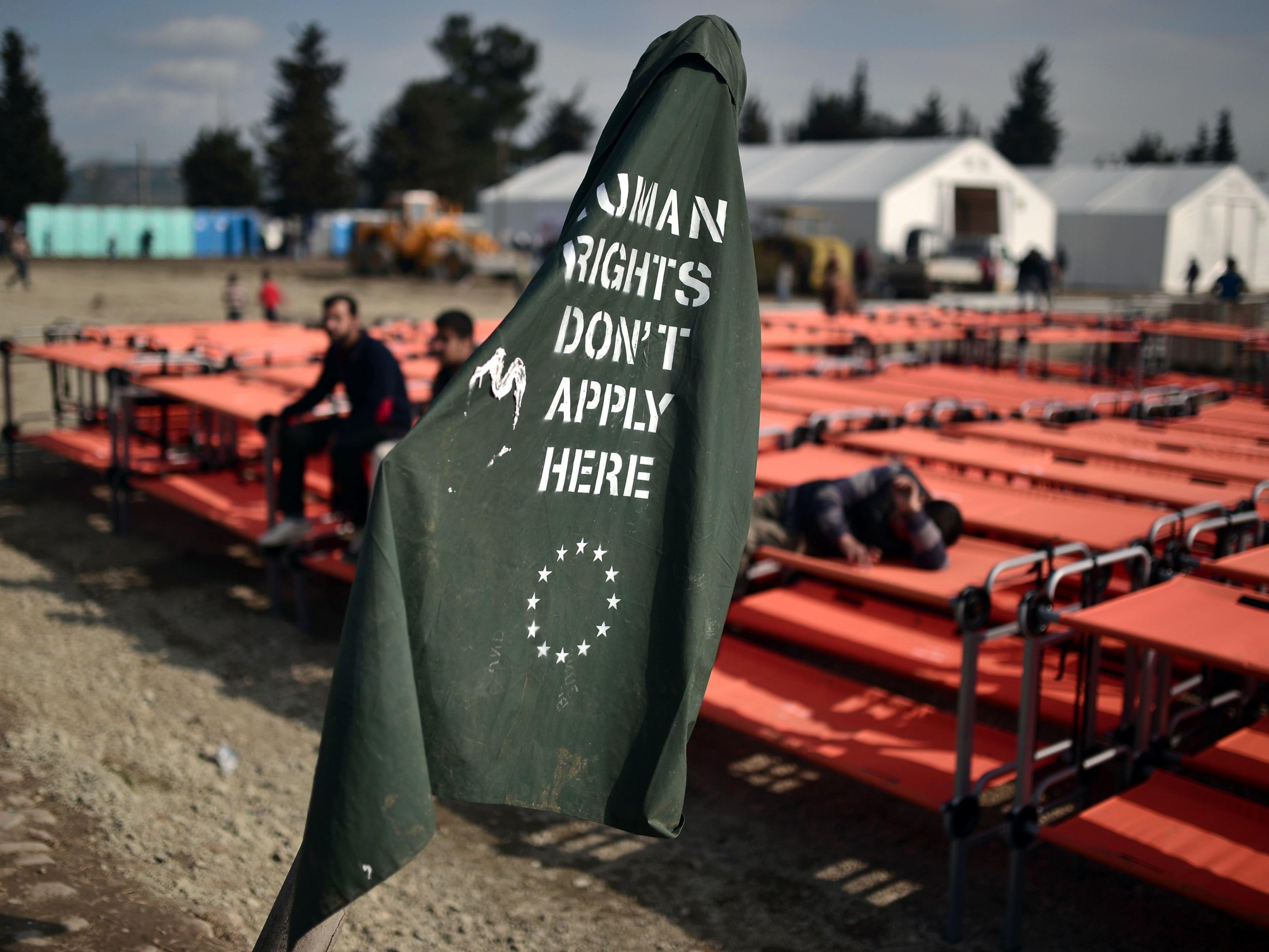 """""""Menschenrechte gelten hier nicht"""", proklamieren Flüchtlinge in Idomeni."""
