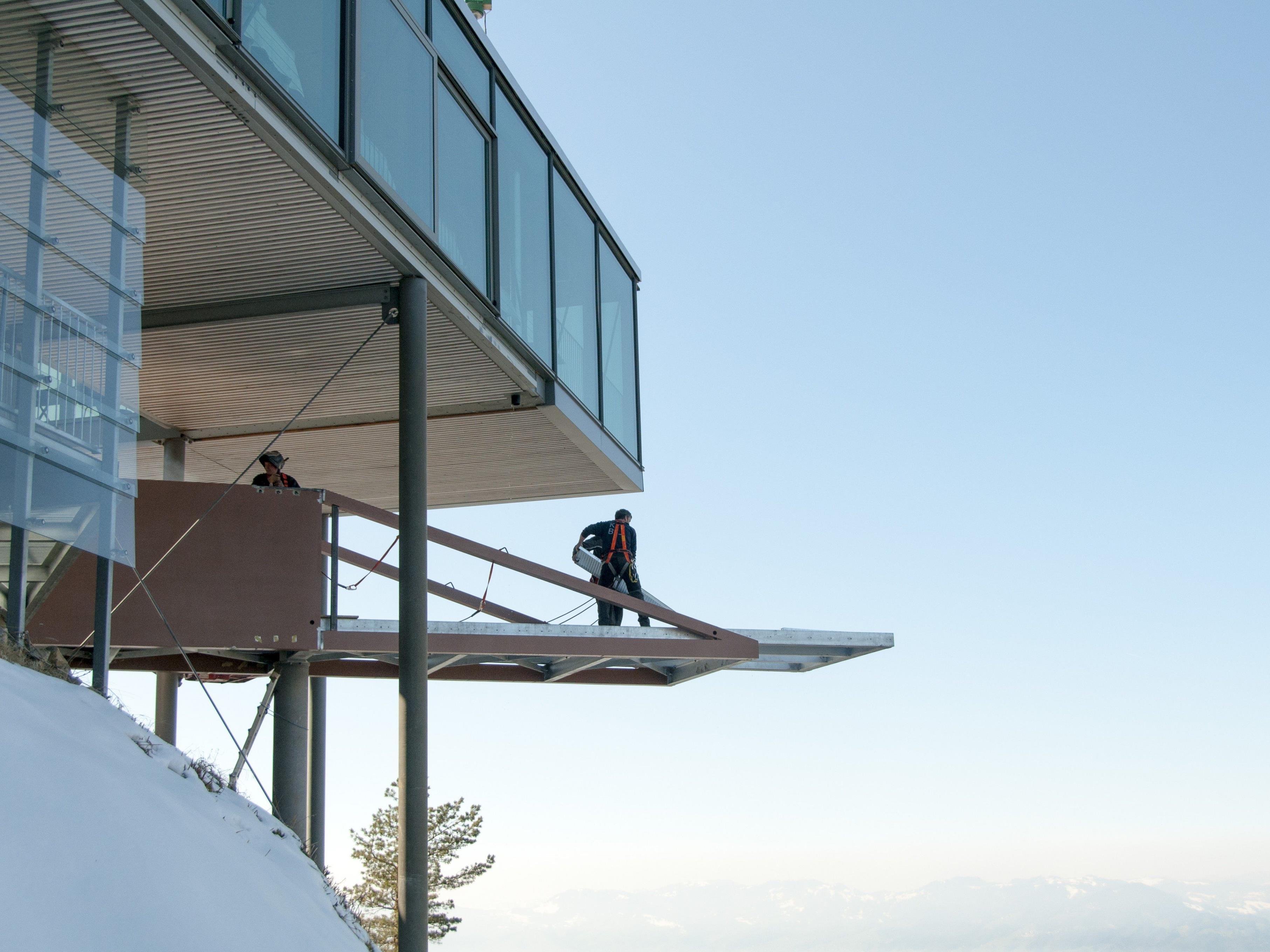 Die Bauarbeiten an der Karren-Kante auf 976 Meter Höhe schreiten zügig voran.