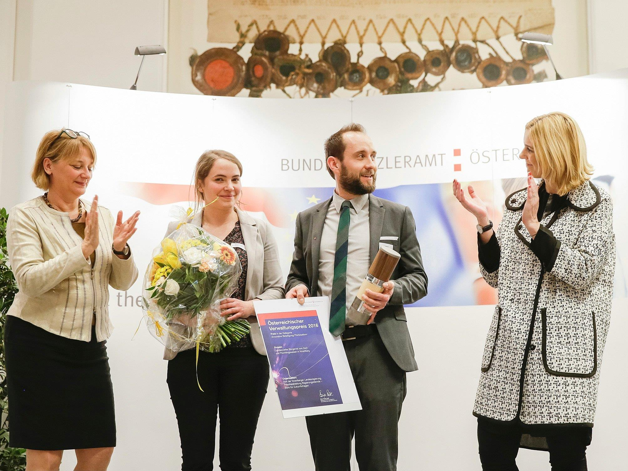 """Julia Stadelmann und Michael Lederer vom Büro für Zukunftsfragen nahmen den Verwaltungspreis 2016 in der Kategorie """"Innovative Beteiligung/Partizipation"""" entgegen."""