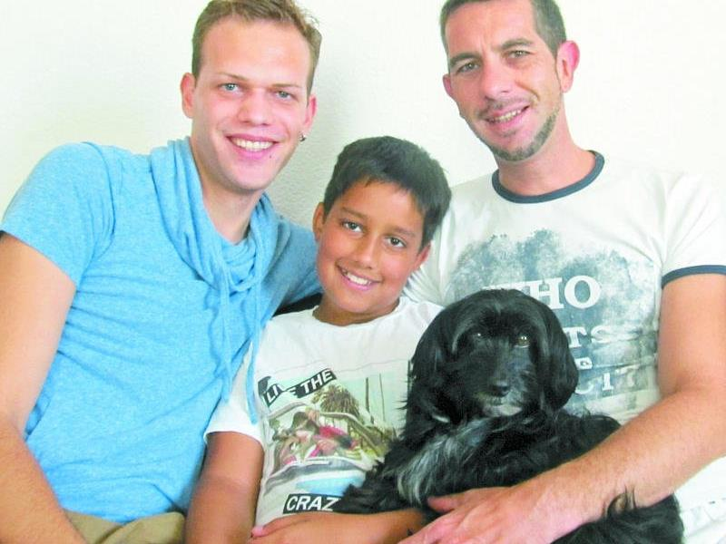 Gemeinsam mit seinem Partner Christian (links) und seinem Sohn lebt Sven in Kufstein.