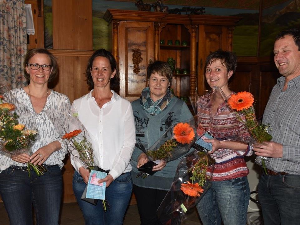 Die langjährigen Vorstandsmitglieder wurden gebührend verabschiedet. (v.l.n.r.: Ulrike Larsen, Elisabeth Berchtold, Irene Geser, Lucia Berlinger und Edwin Mennel)