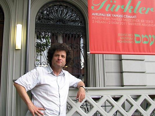 Direktor Hanno Loewy vor dem Museum