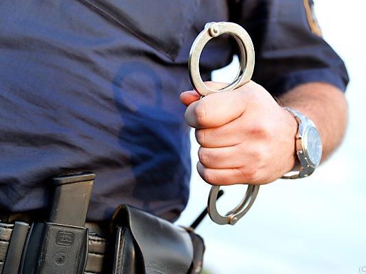 Das Paar wurde trotz heftigen Widerstands festgenommen