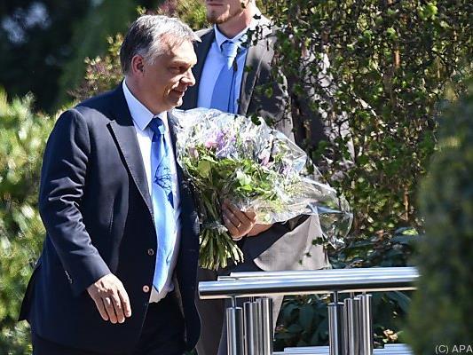 Orban bracht Blumen mit