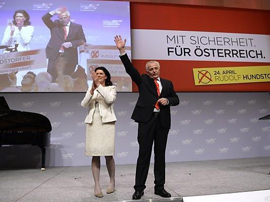 Hundstorfer und seine Frau Karin Risser zeigten Zuversicht