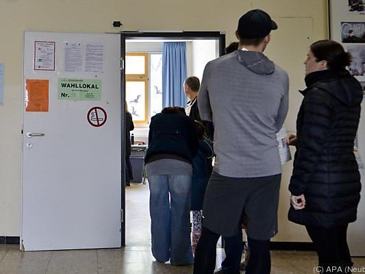 Wähler vor einem Wahllokal in Wien