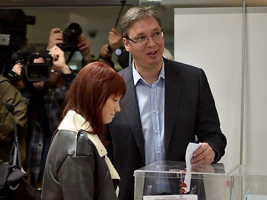 Vucic bei der Stimmabgabe mit Tocher Milica