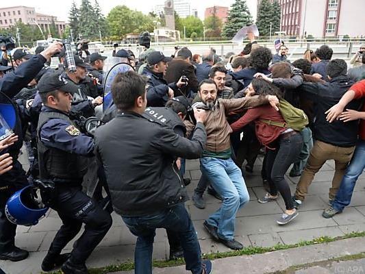 Gewaltsames Vorgehen der Polizei gegen Demonstranten