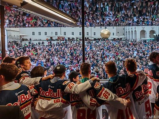 Der Eishockey-Meister feierte vor illustrer Kulisse
