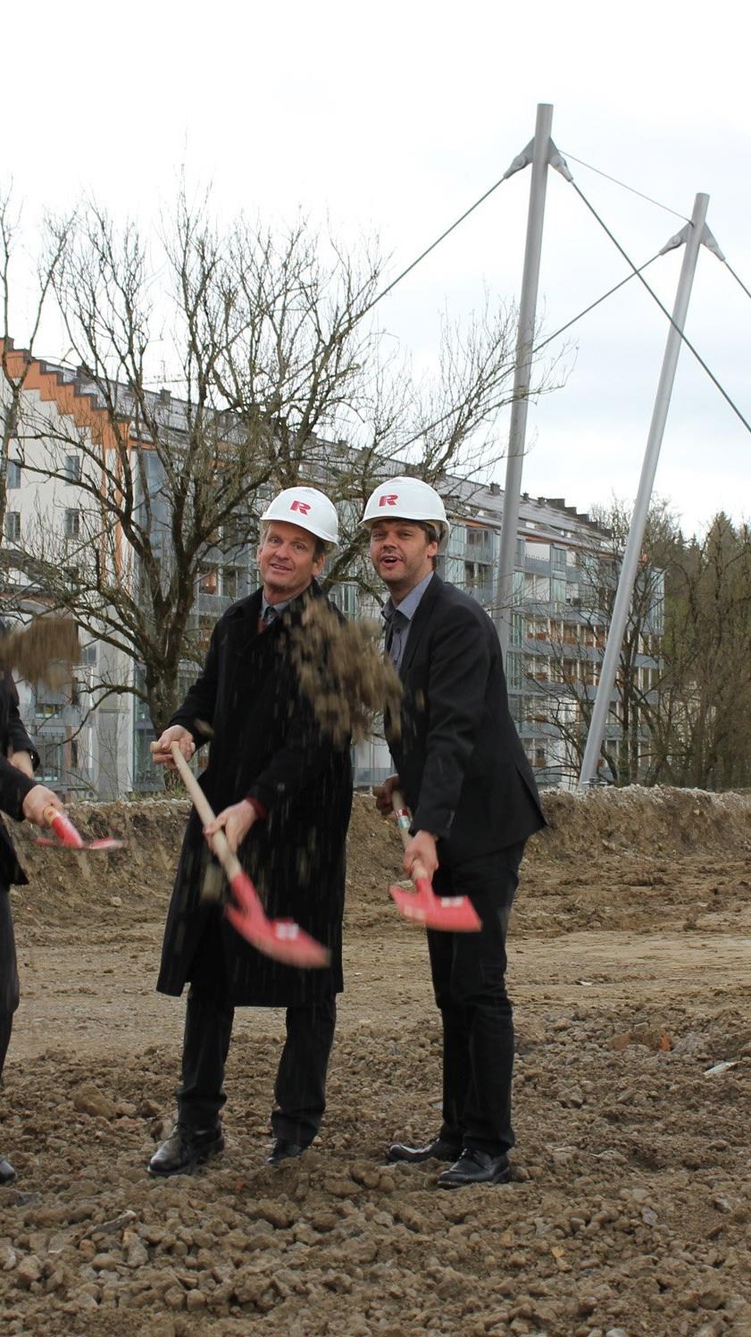Beim Spatenstich: Tobias Kiechle, Rhomberg Bau, Tim Oliver Koemstedt, Stadt Kempten, Architekt Hermann Hagspiel und Joachim Nägele, Rhomberg Bau (v.l.n.r.)