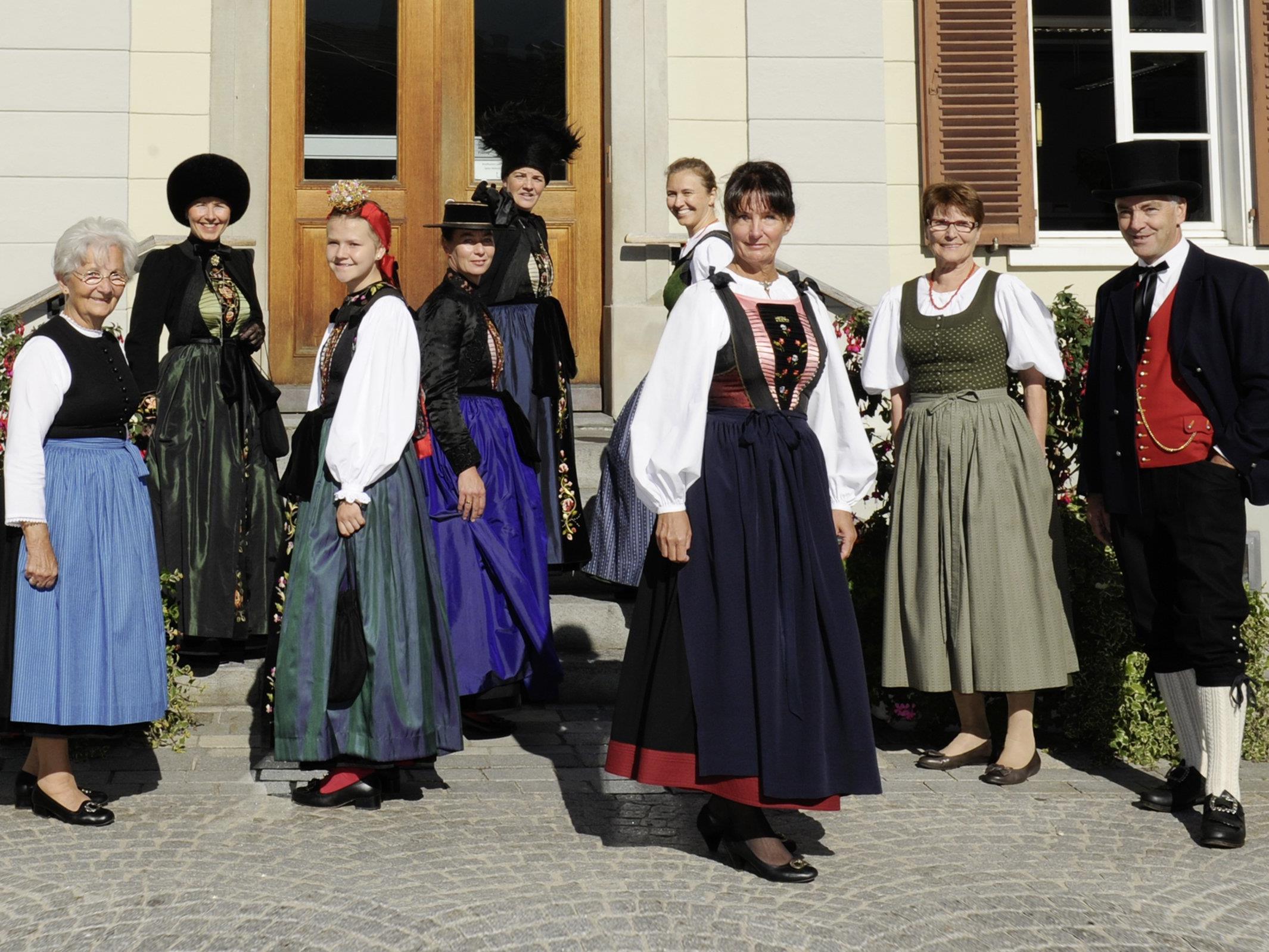 """Die Vielfalt der Montafoner Trachten ist vielen nicht bewusst. Links außen ist das wenig bekannte """"Wärchtigjüpple"""" zu sehen, das von den MitarbeiterInnen der Montafoner Tourismusbüros seit kurzem getragen wird."""