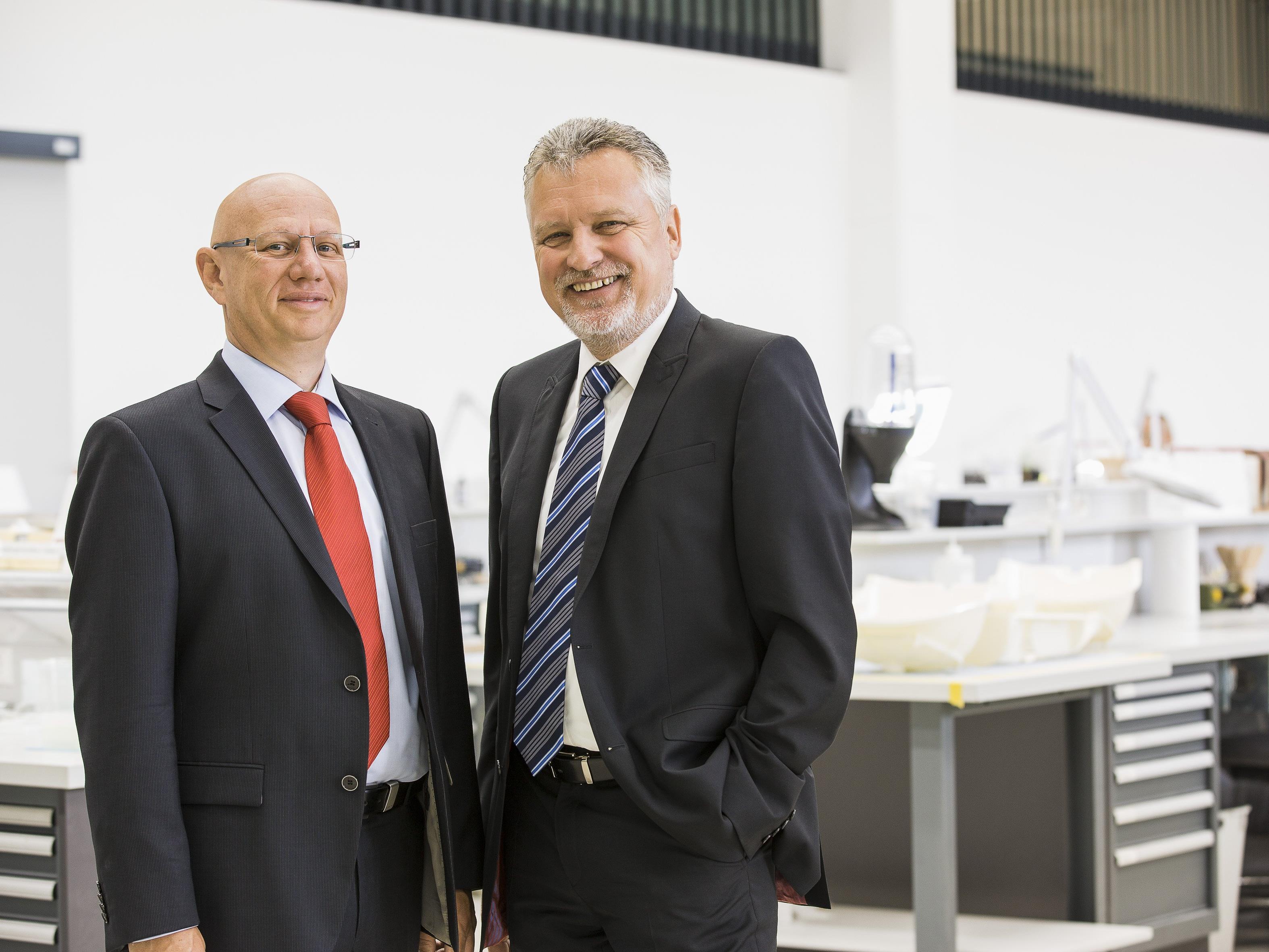 Auch im Jubiläumsjahr auf Erfolgskurs: Die beiden Gründer und Inhaber von 1zu1 Prototypen, Hannes Hämmerle (links) und Wolfgang Humml erwarten für 2016 neuerlich ein Umsatzplus.