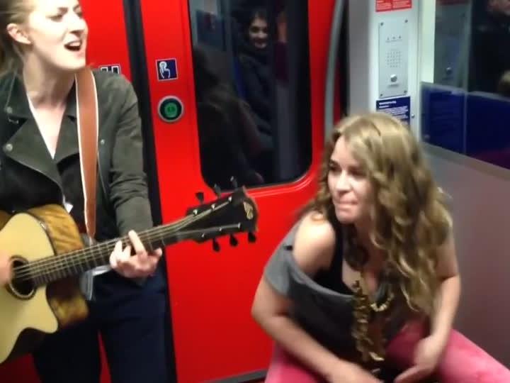 Das Musikvideo aus der S-Bahn wurde ein viraler Hit.