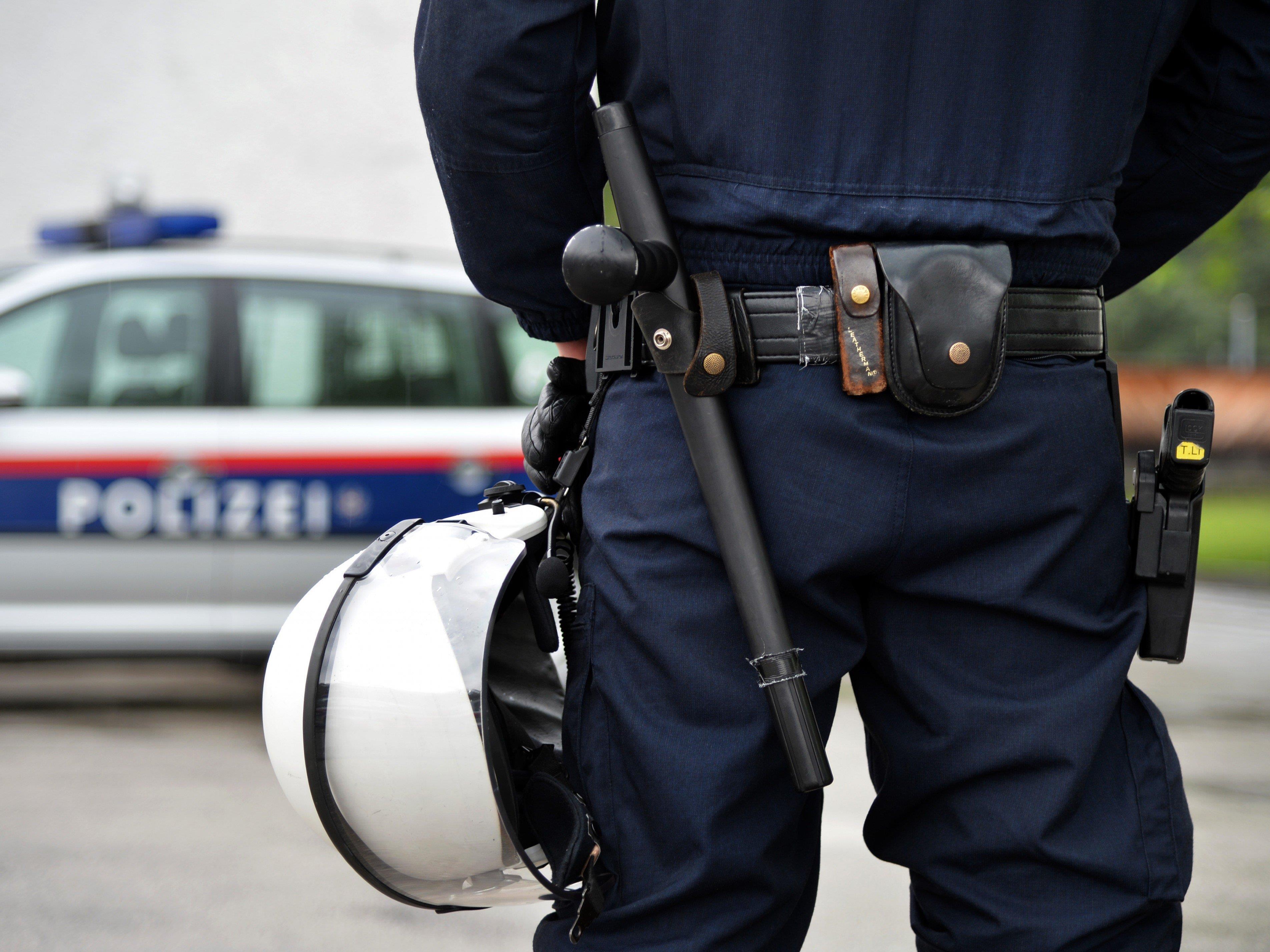 Auf einem Parkplatz in Feldkirch wurde ein Fünfjähriger von einem Fahrzeug erfasst.