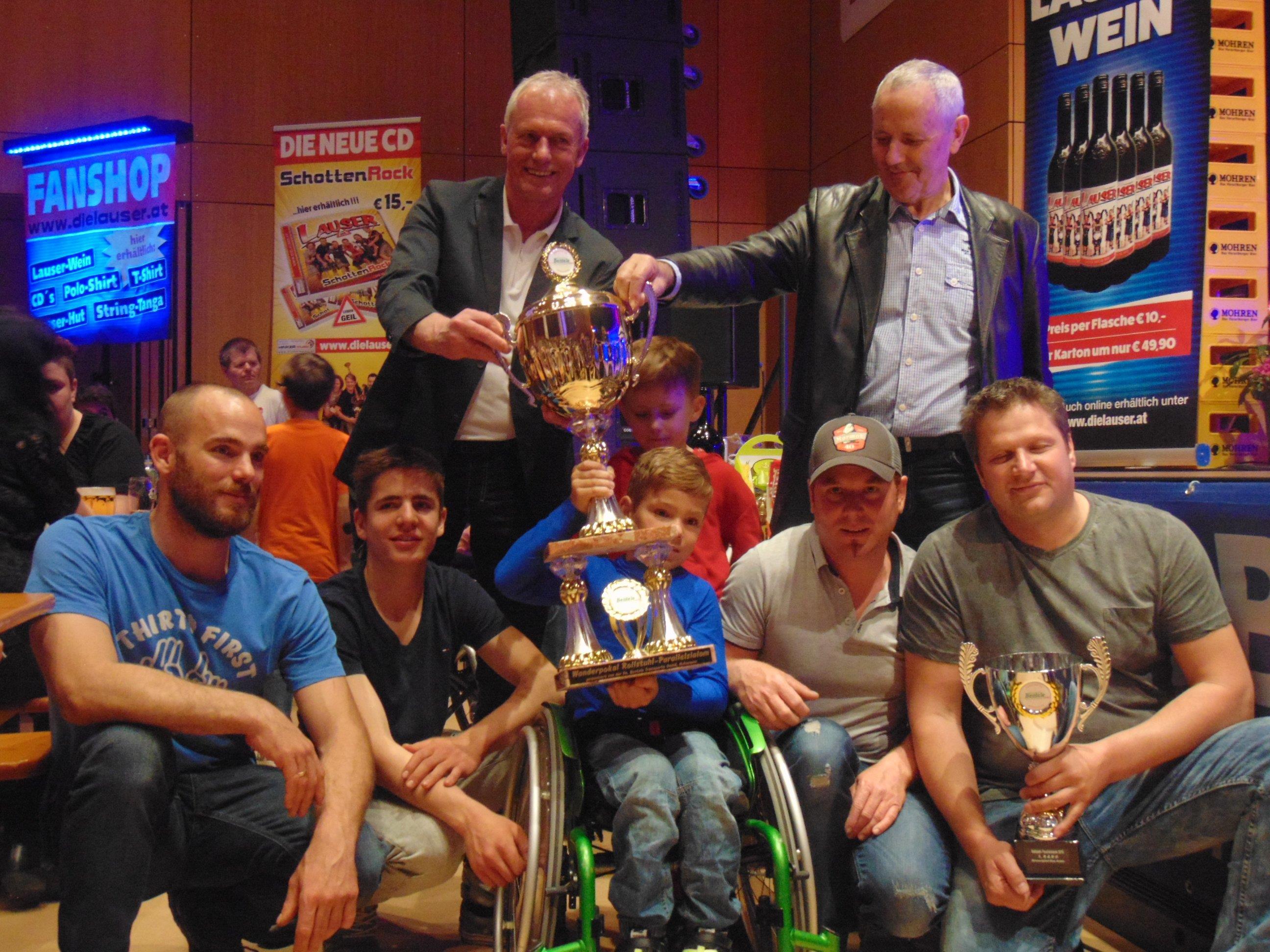 Das Team Maxi sicherte sich den Wanderpokal beim Rollstuhl-Parallelslalom