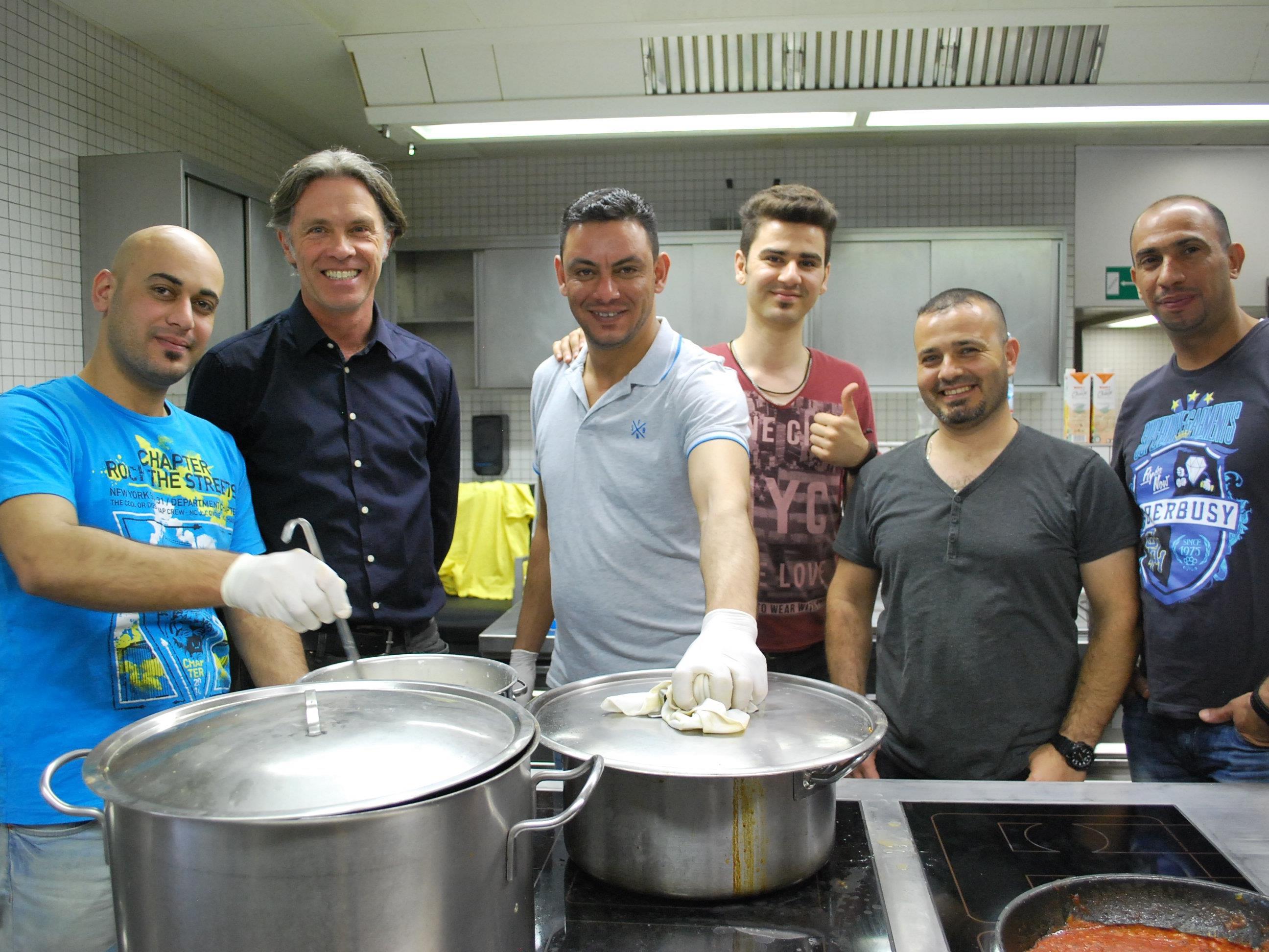 Nicht nur Fußball spielen, auch Kochen verbindet.