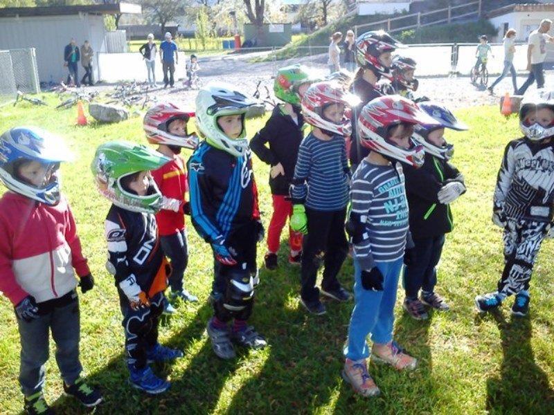 Die Jung-BMXler sind mit Begeisterung bei der Sache