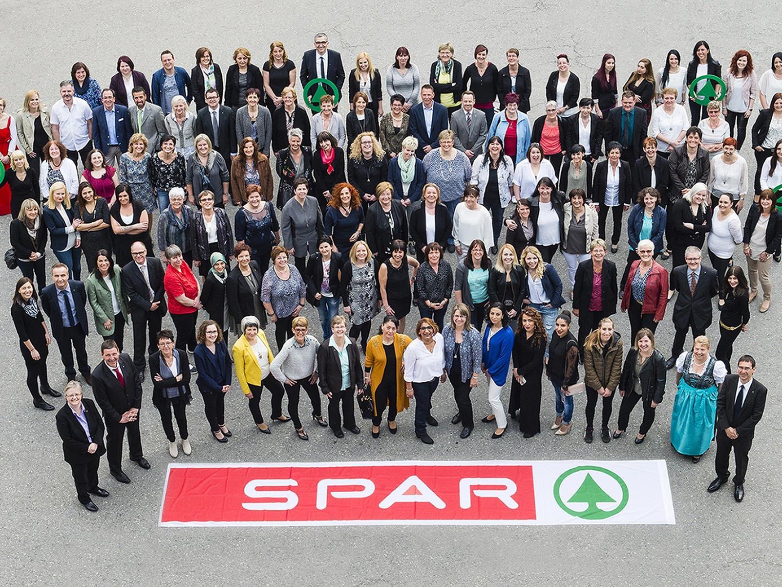 SPAR Vorarlberg dankte 124 Mitarbeitern für 2.035 Dienstjahre im Zeichen der Tanne. Im Bild unsere Jubilare mit Gratulanten.