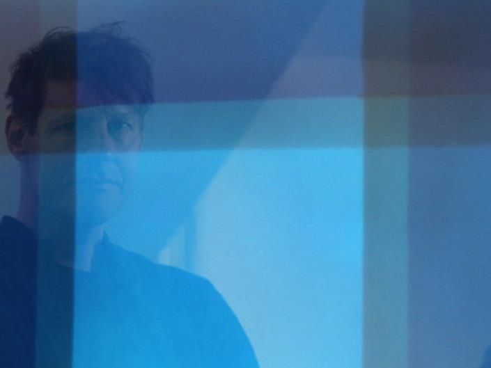 Der deutsche Künstler Dirk Salz wird am liebsten als Reflektion in seinen eigenen Schöpfungen abgelichtet.