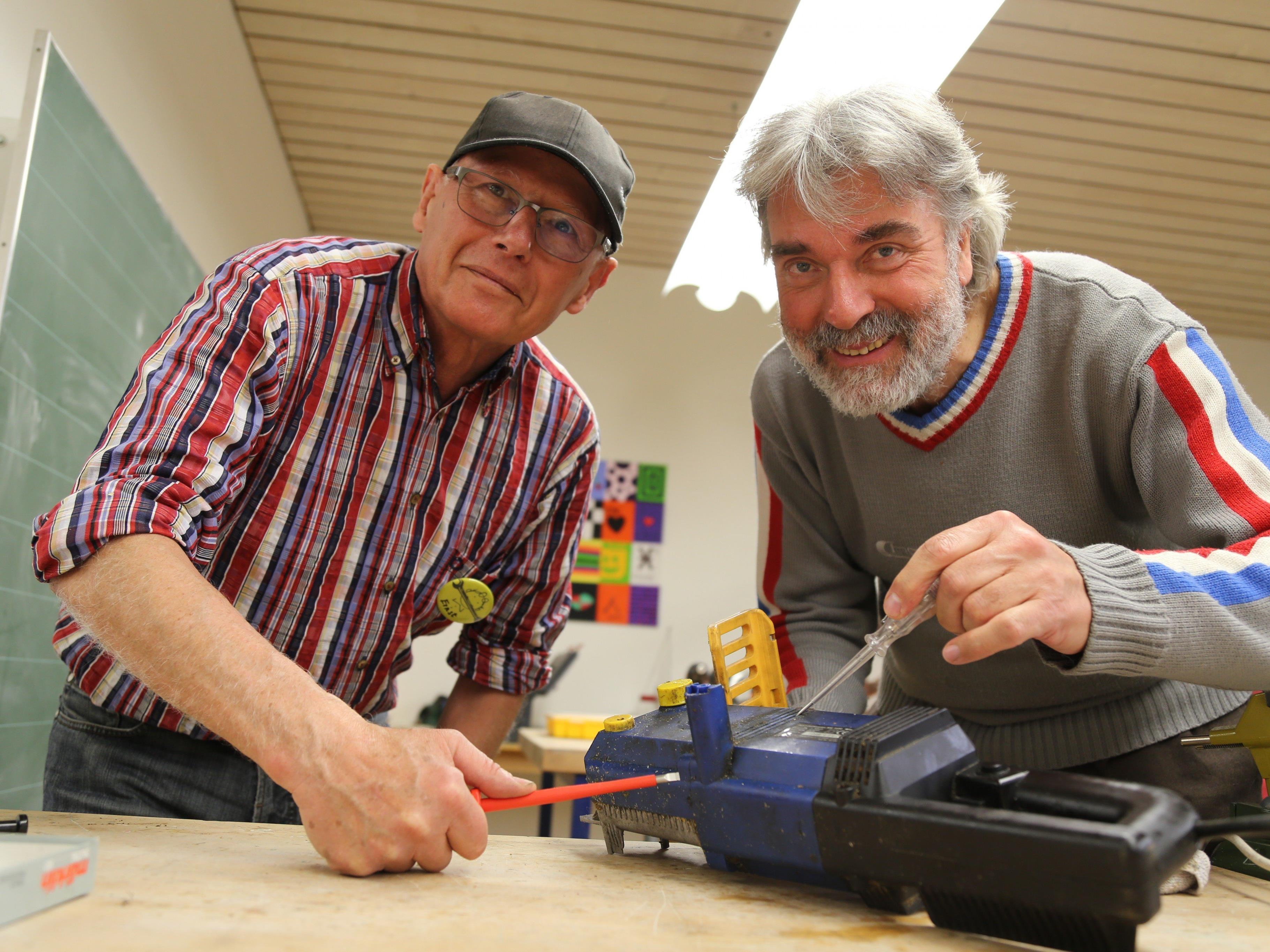 Ernst reparierte mit Franz ein fast aufgegebenes Elektro-Gerät.