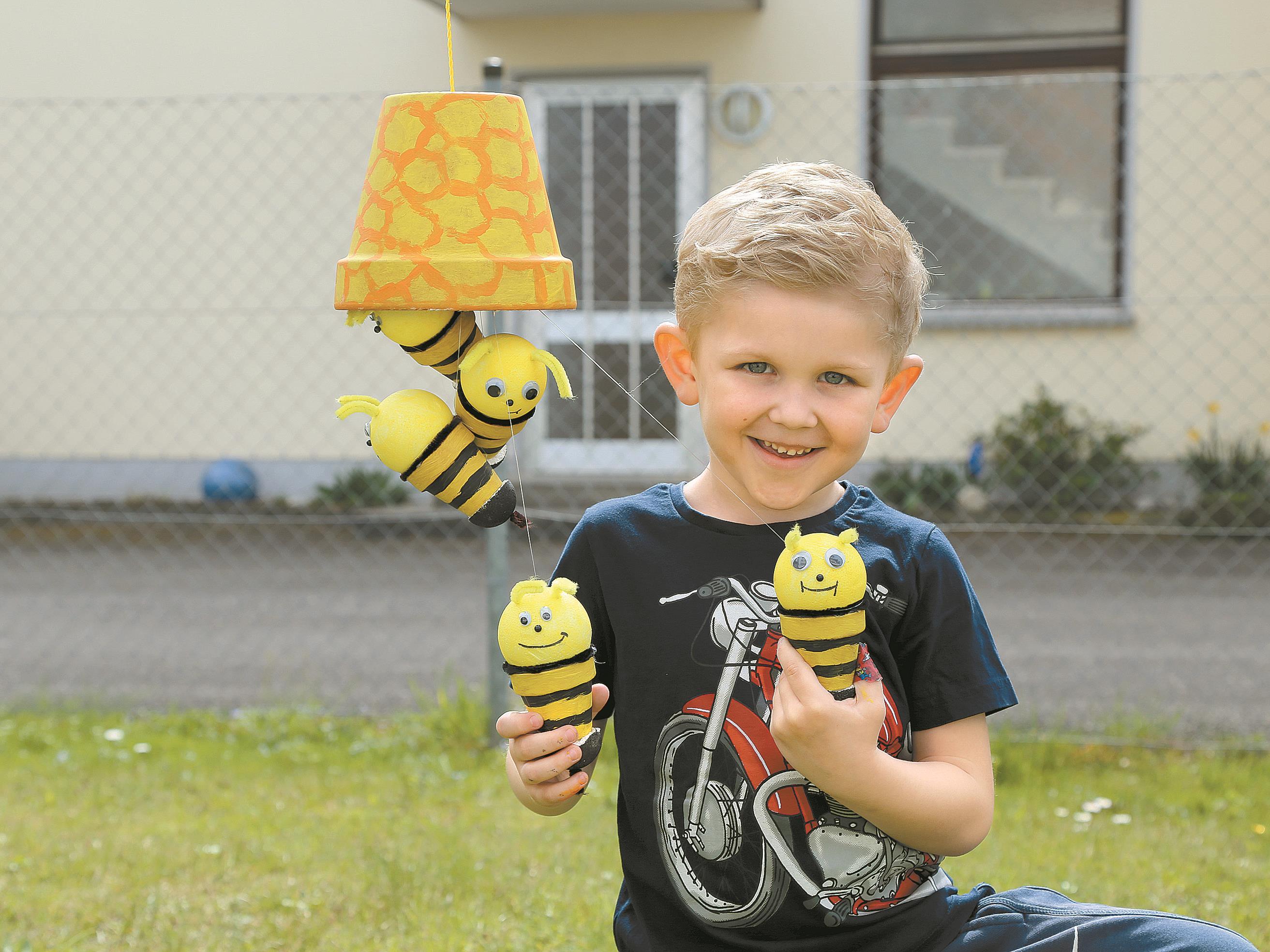 Jason ist Bienen-Fan. Das will er mit einer selbst gebastelten Decken-Dekoration beweisen.