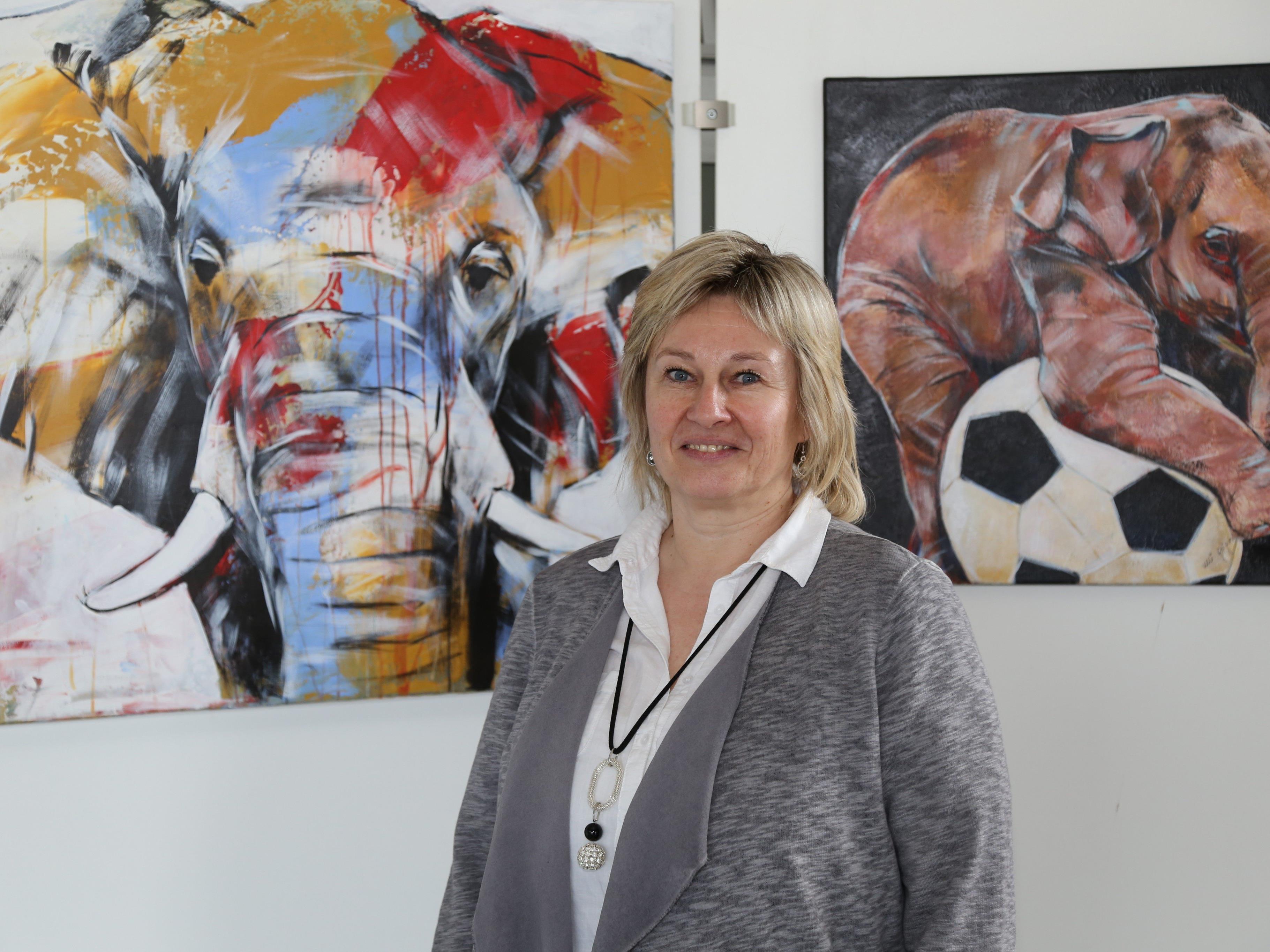 Ulrike Geiger stellt erstmals im LKH-Foyer ihre Werke aus.