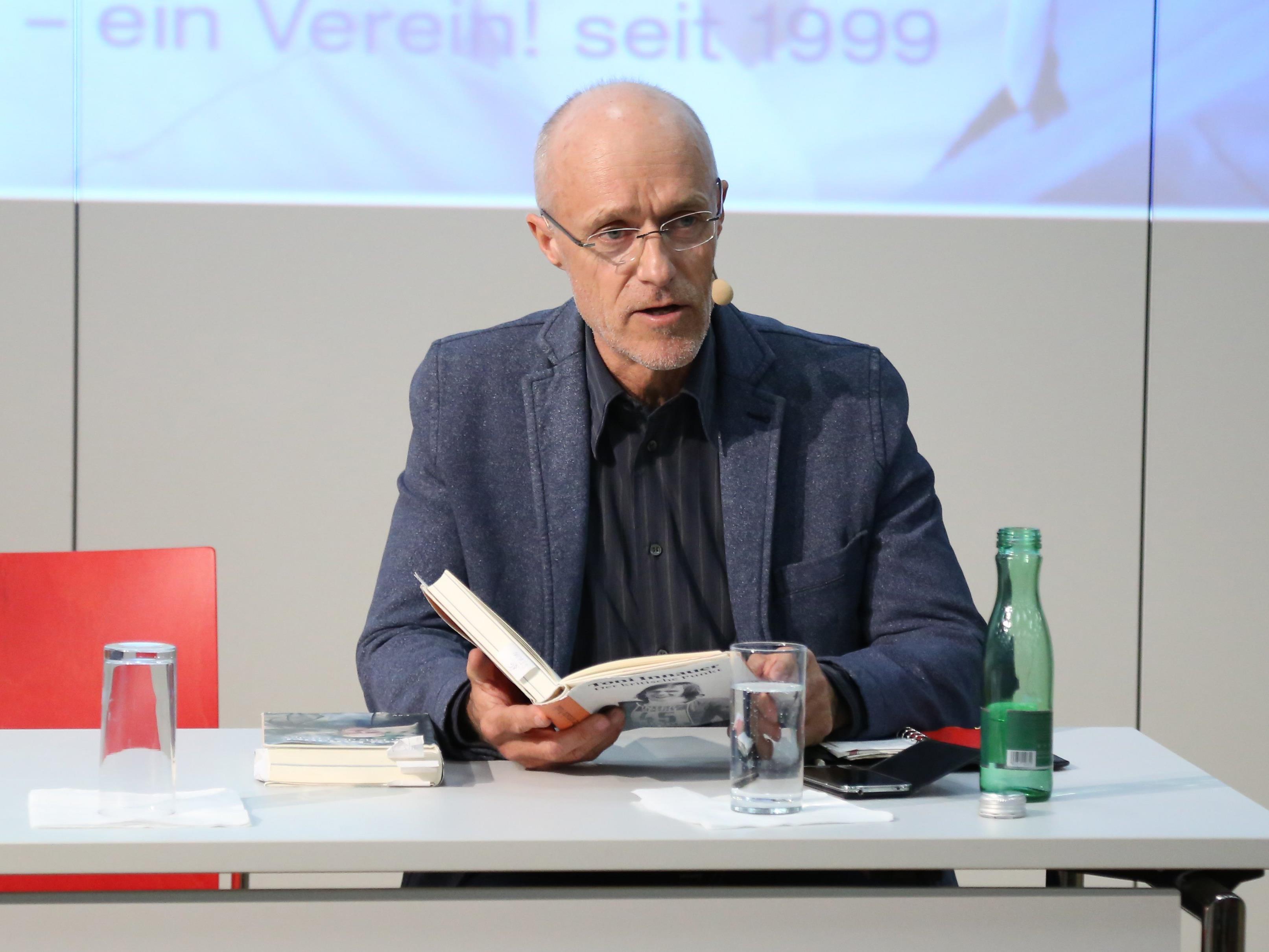 Skisprunglegende Toni Innauer las aus seinen neuen und alten Büchern im Saal der AK-Vorarlberg vor.