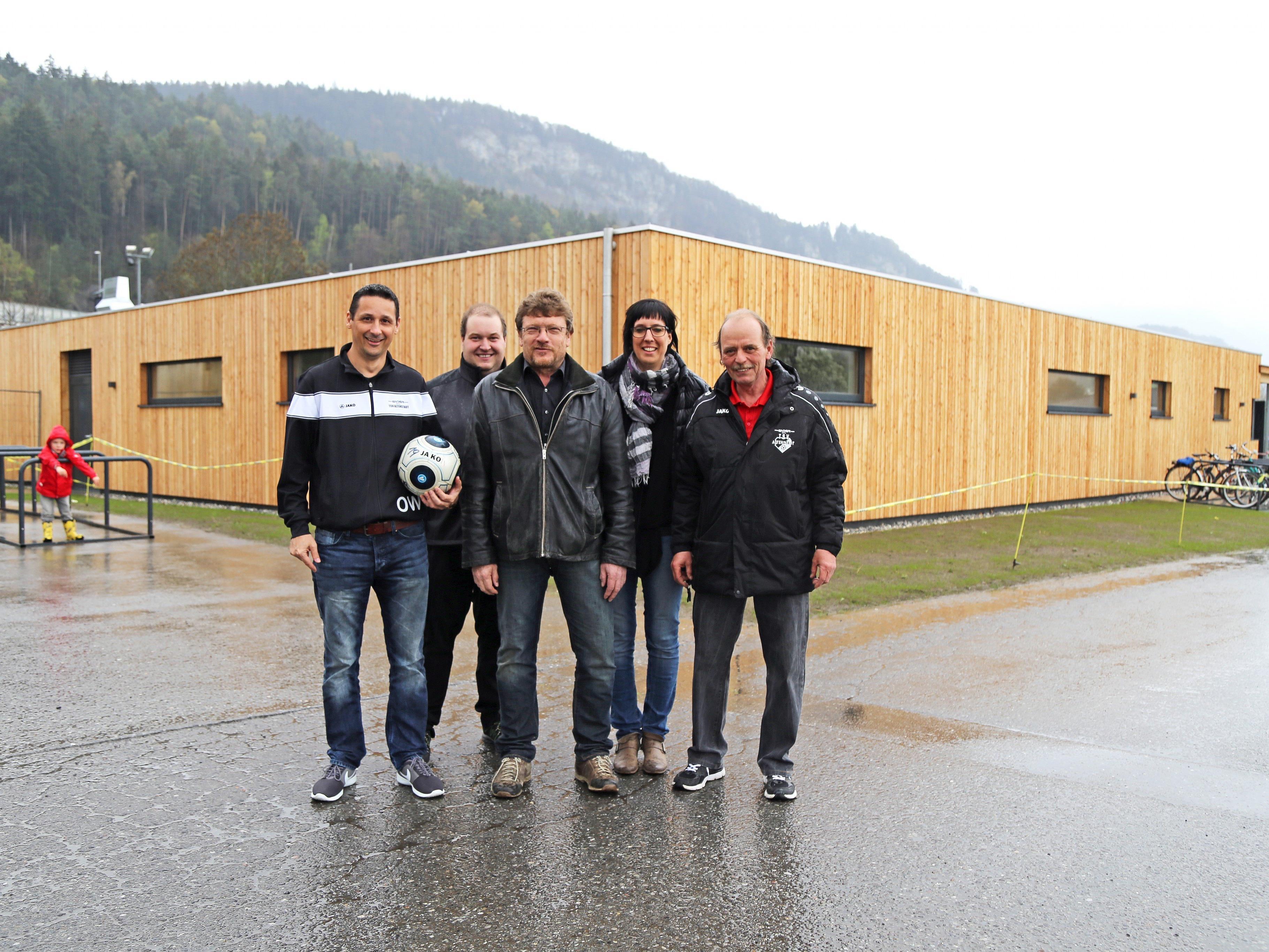 Der Vorstand des TSV Altenstadt mit Obmann Wolfgang Oswald (l.) vor dem neuen Kabinentrakt.