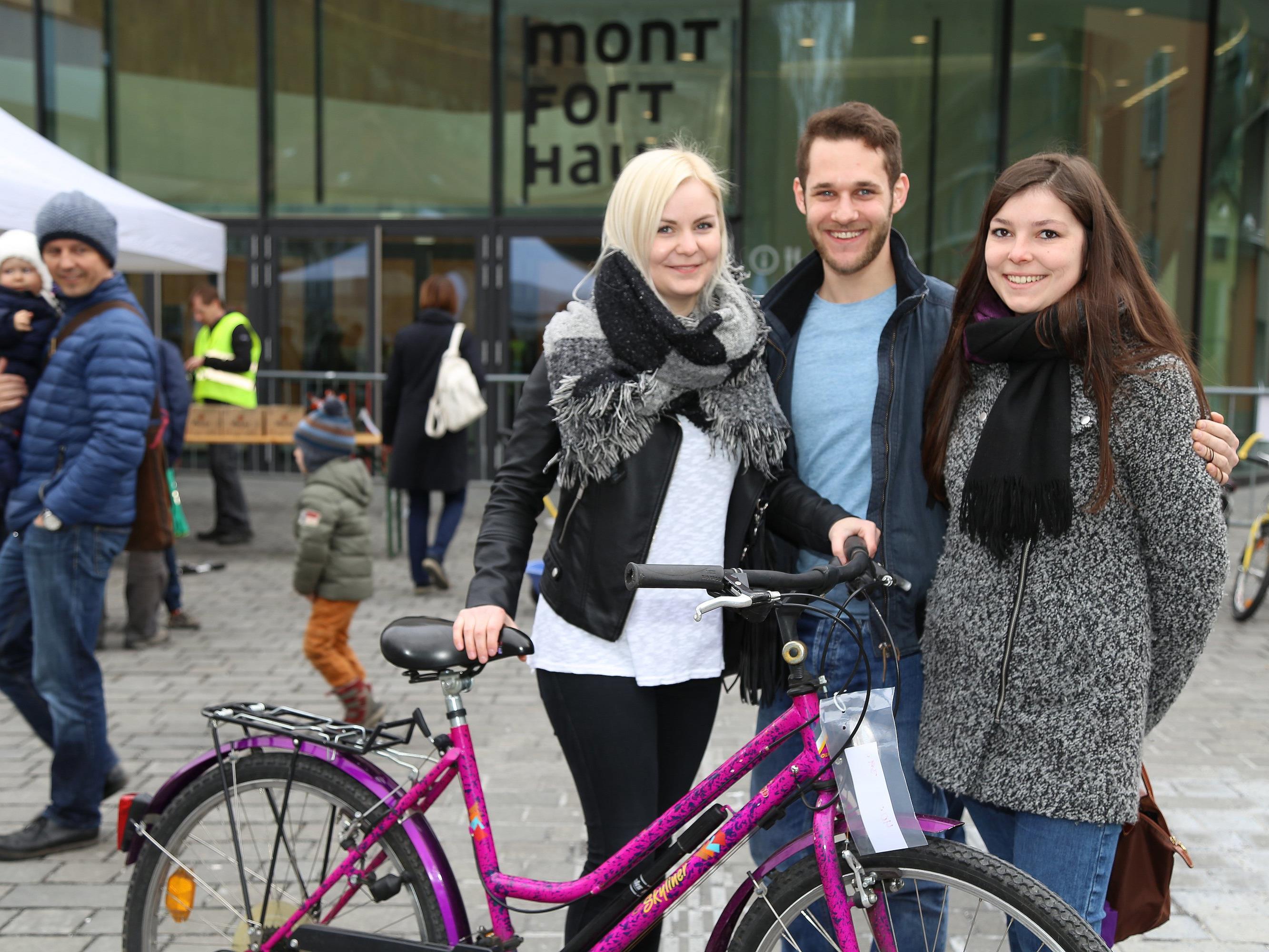 Ein Treffpunkt für die ganze Familie: Der Fahrradbasar am Montfortplatz war trotz Regen gut besucht.