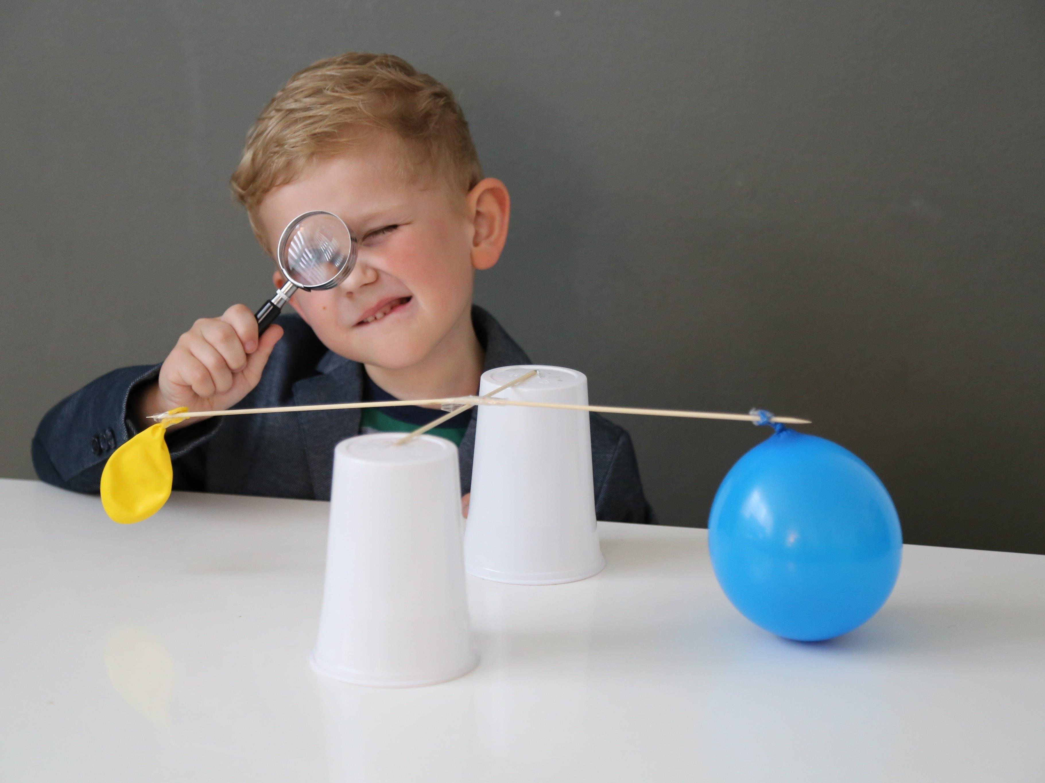 Der aufgeblasene Luftballon wiegt also doch was: Ein Liter Luft entspricht 1,3 Gramm.